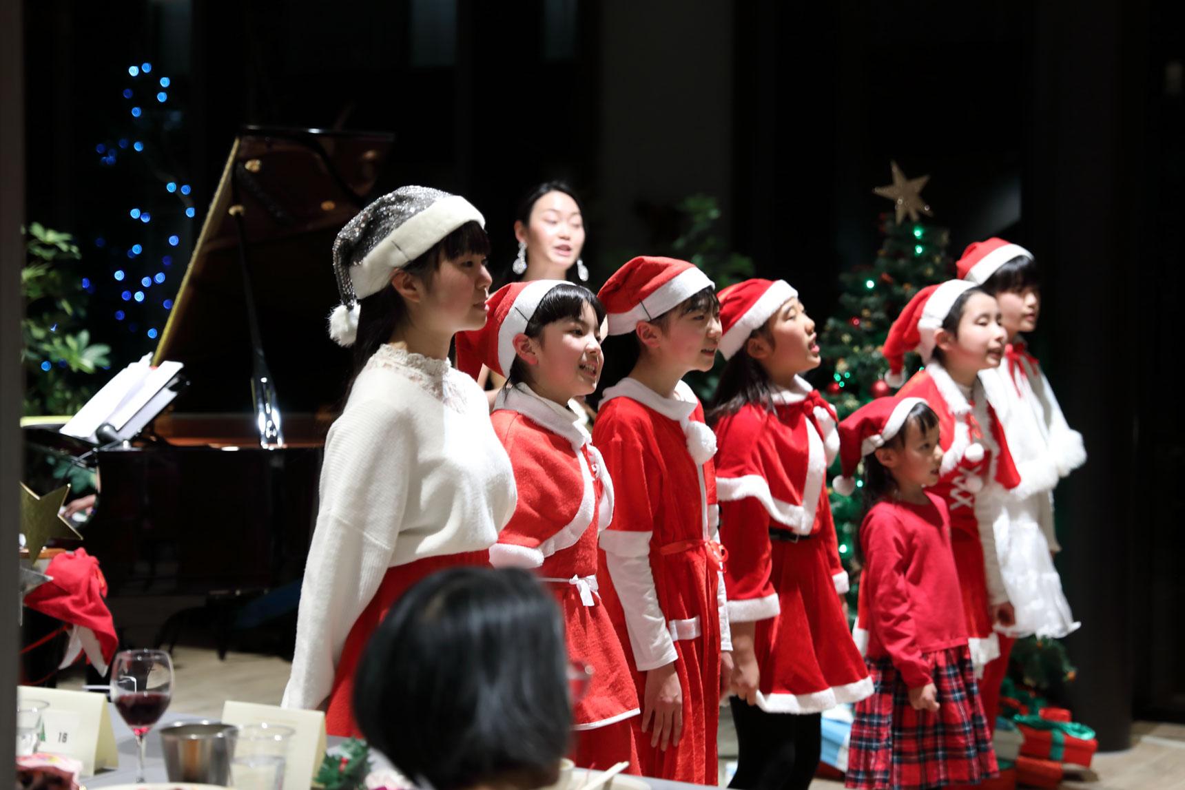 12/24には「えごたいえ」でクリスマスの音楽会が開かれました。ビュッフェスタイルでお食事や飲み物をいただきながら、ピアノの生演奏でクリスマスソングを楽しみます。(写真提供:NPO法人ZEROキッズ)
