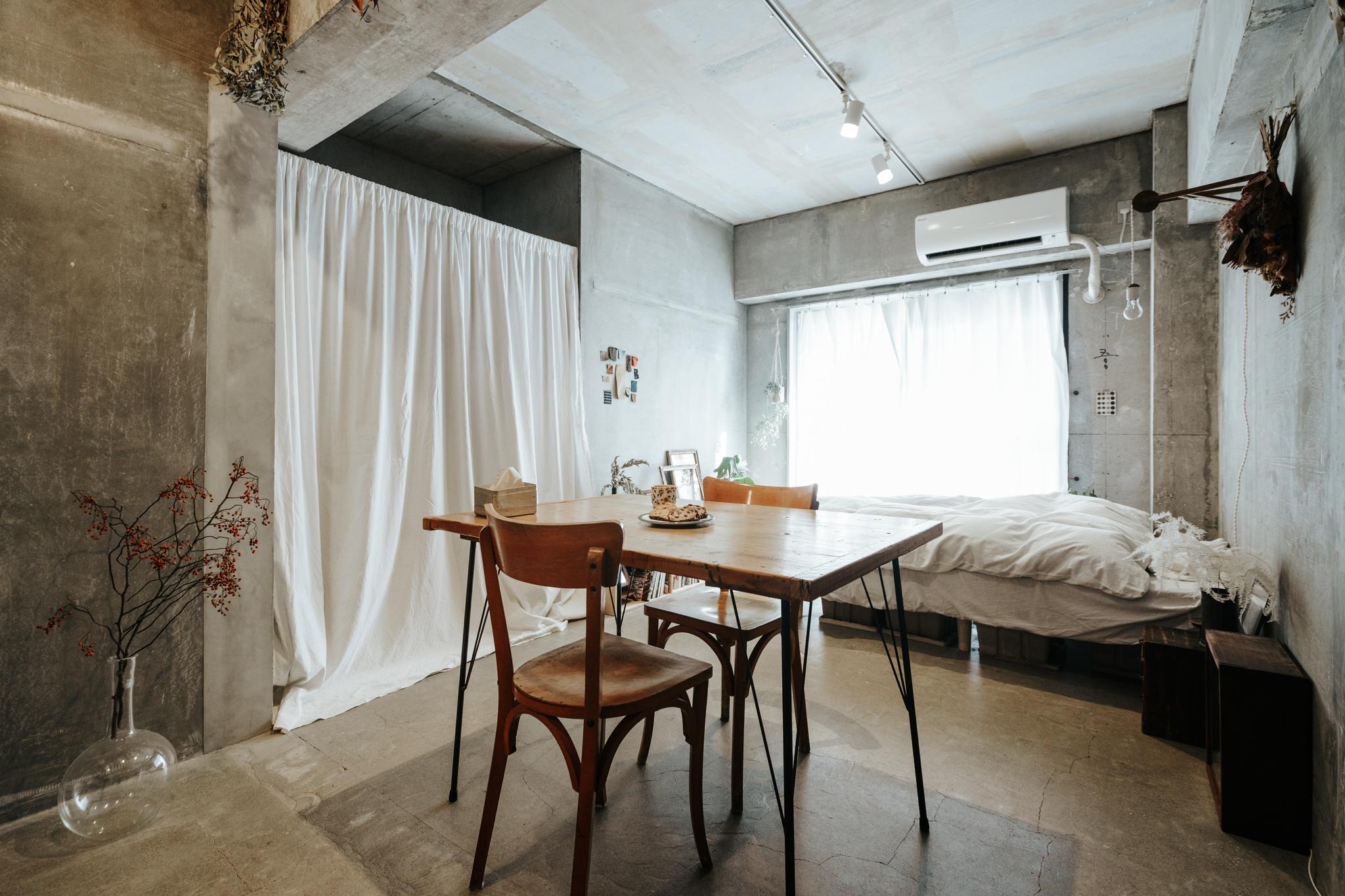置かれている家具も、部屋に合わせて必要最小限。ベッドと、「WOODPRO」(https://www.woodpro21.com/)で作ってもらった古材の足場板のダイニングテーブルに、ヴィンテージの椅子を合わせていらっしゃいます。