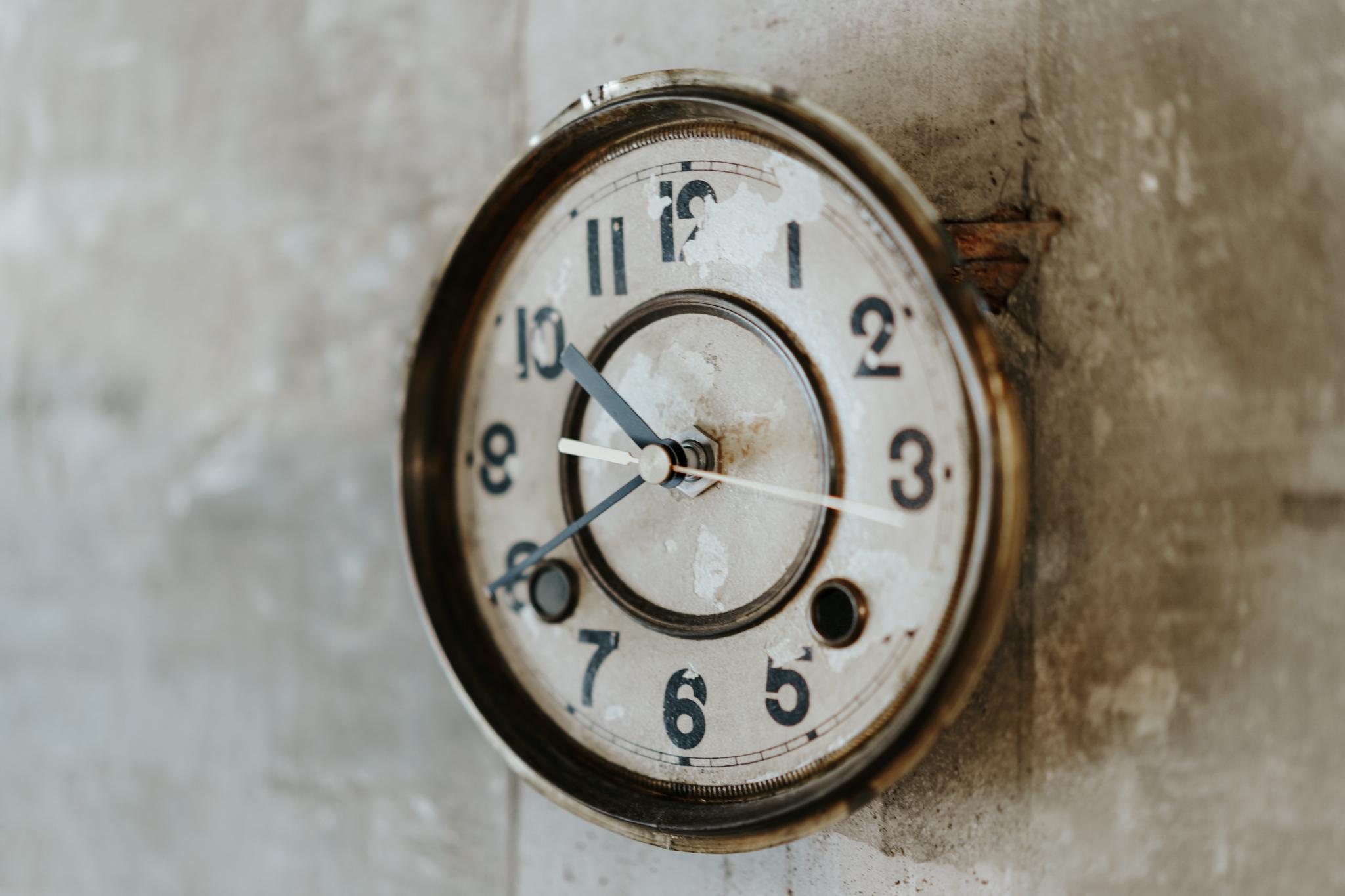 時計は、古い文字盤を買ってきて自分で時計キットと組み合わせたもの。