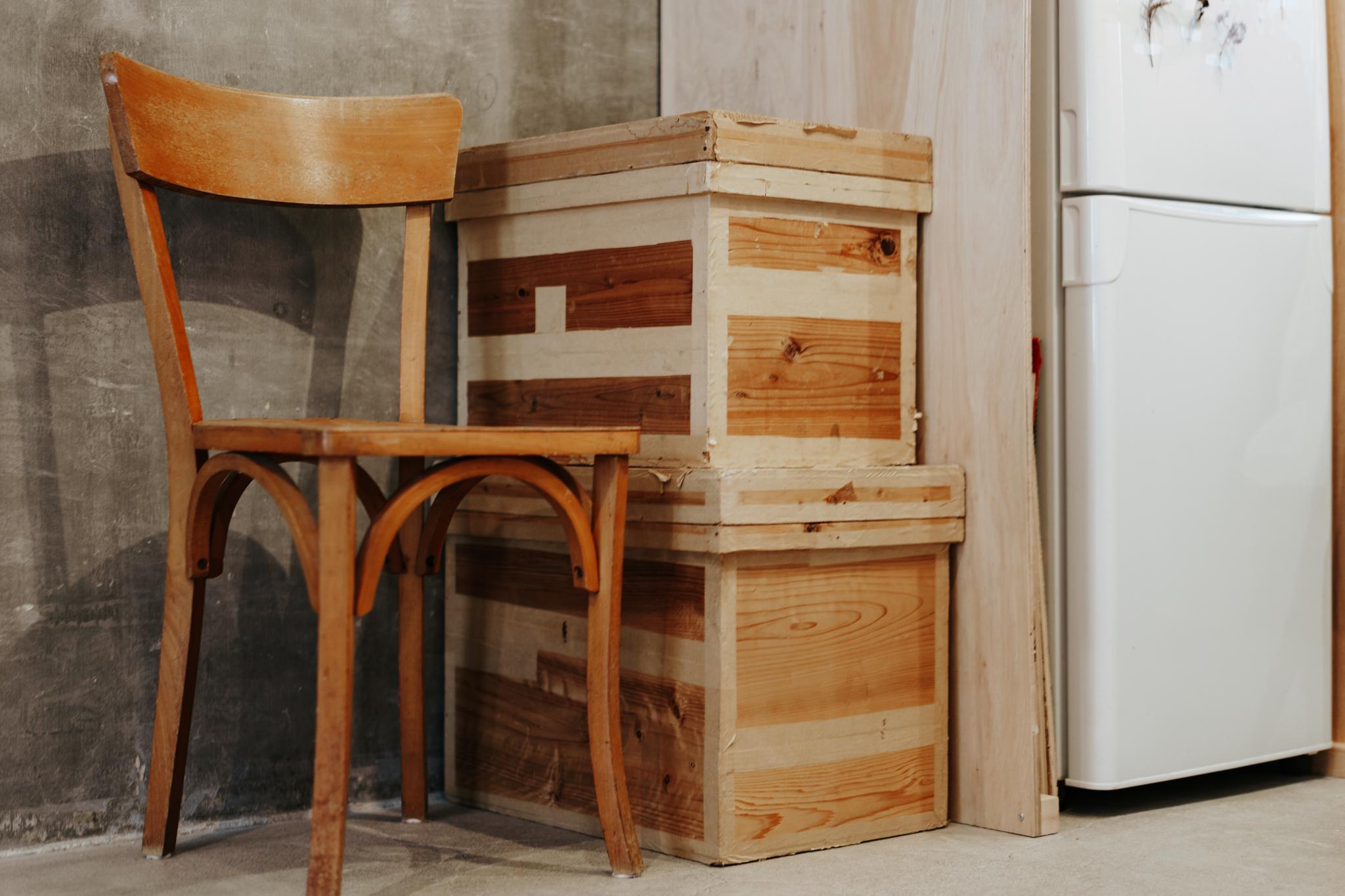 冷蔵庫の横にあったこの箱は、古い茶箱を活用しているそう。雰囲気があってかっこいい。