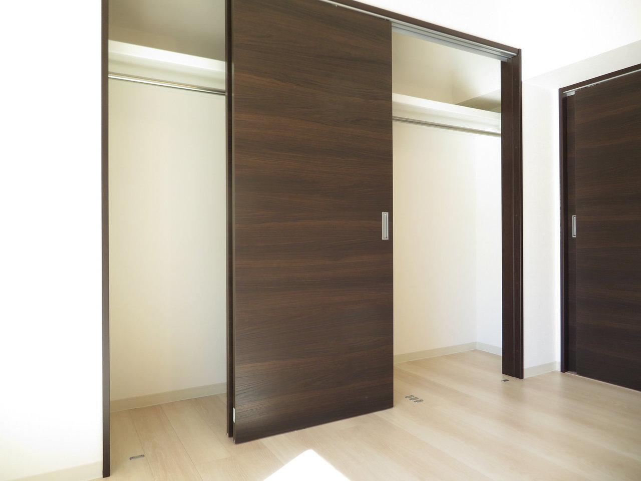 10畳のリビングにある収納スペースもかなり広々。奥行きはあまりありませんが、横幅があるのでクリアケースなどを活用してうまく収納を楽しんでくださいね。