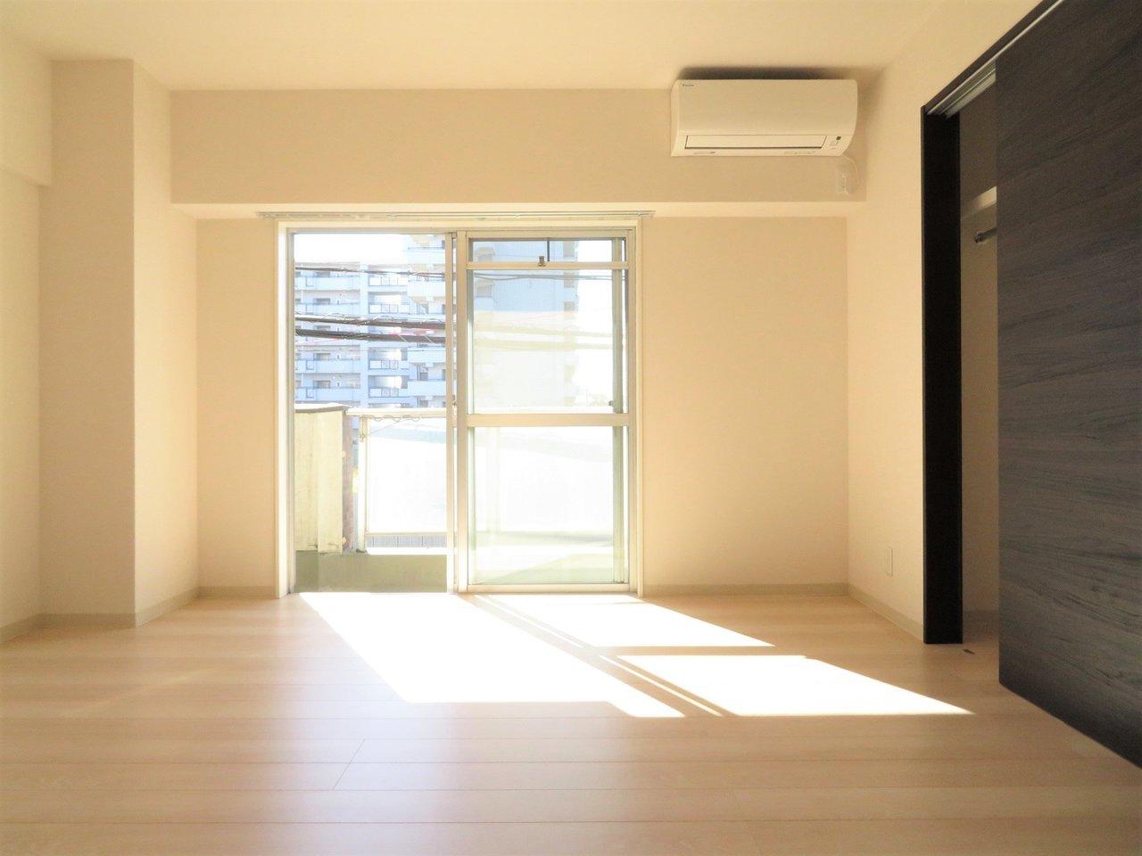 築古のマンションをフルリノベーションして貸し出されている、1DKのお部屋です。2階建てなのにこれでもかというくらいの、太陽の光が入ってきます。しかも角部屋なので二面採光です。