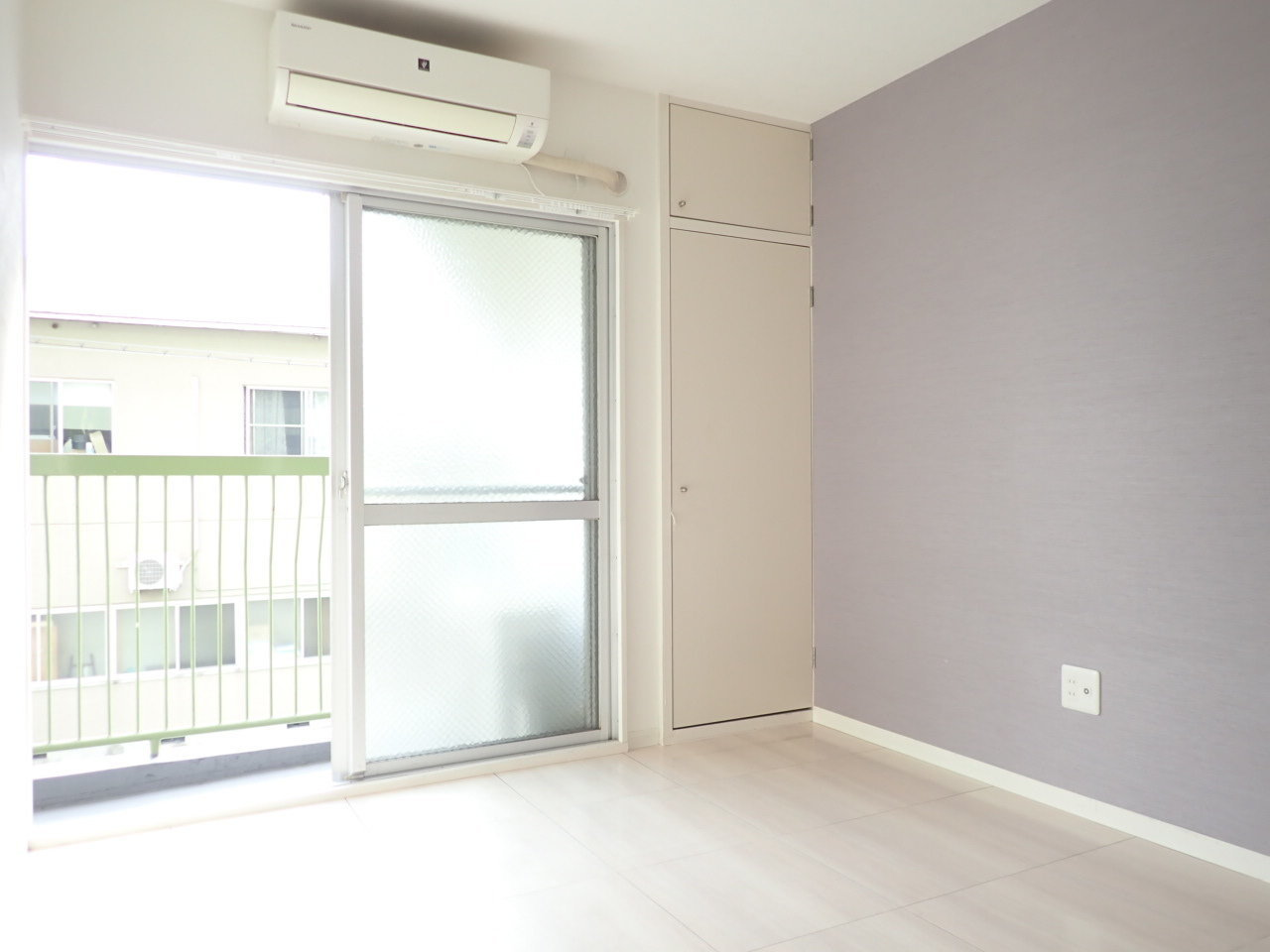 もうひとつのお部屋は、淡いパープルの壁紙が。収納スペースも十分あり、ベランダは先ほどの部屋とつながっていて布団なども悠々と干せそうです。