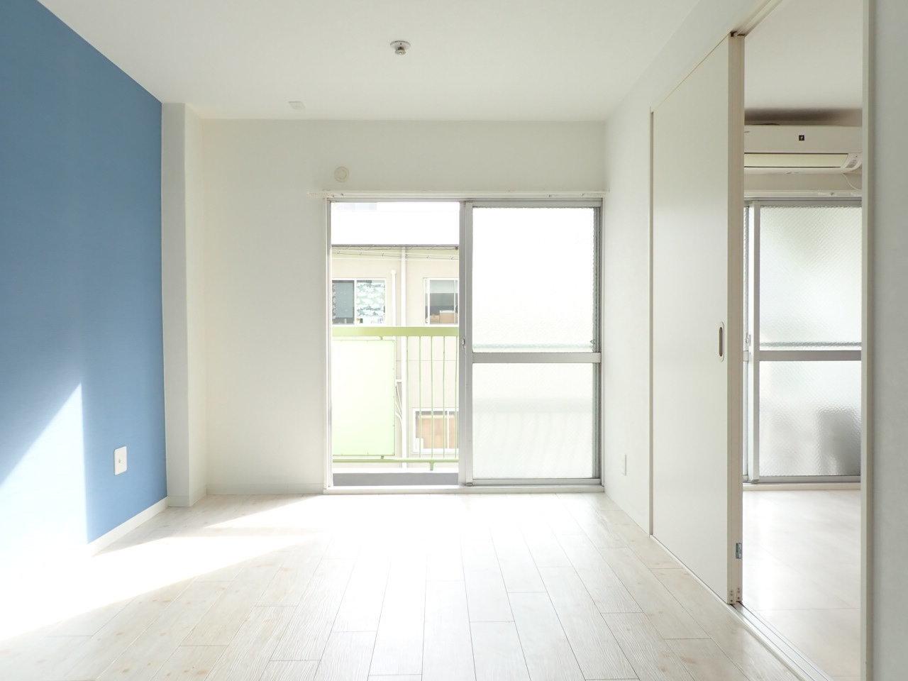 同じく日当たりが良いお部屋がこちら。間取りは2DKで、各部屋に鮮やかな色の壁紙が貼られているのが特徴です。毎回帰るたびに心まで明るくなりそう。