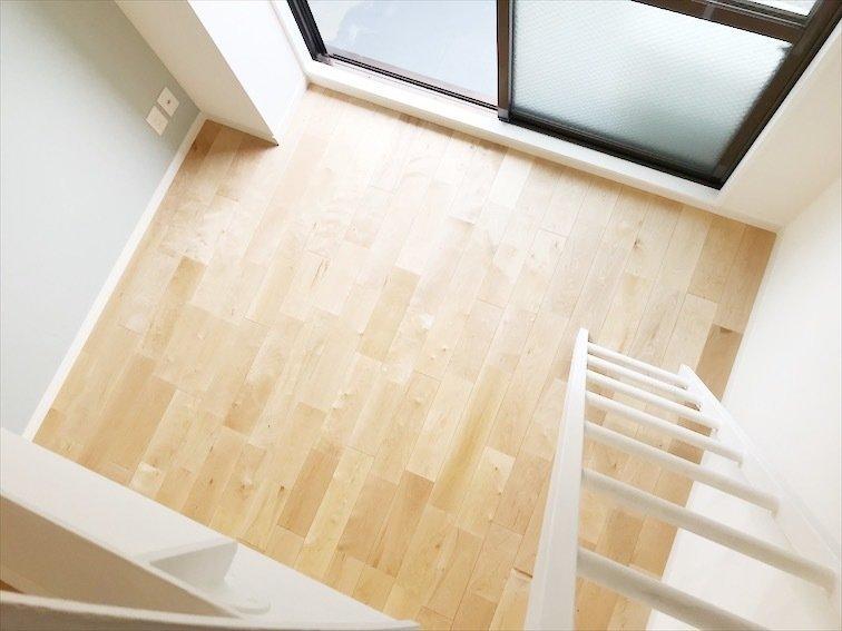 このエリアにはgoodroomのオリジナルリノベーション「TOMOS」仕様のお部屋もいくつかあります。1つ目は1K・一人暮らし向けのこちらのお部屋。ロフトがあるので天井が高く、開放感があります。