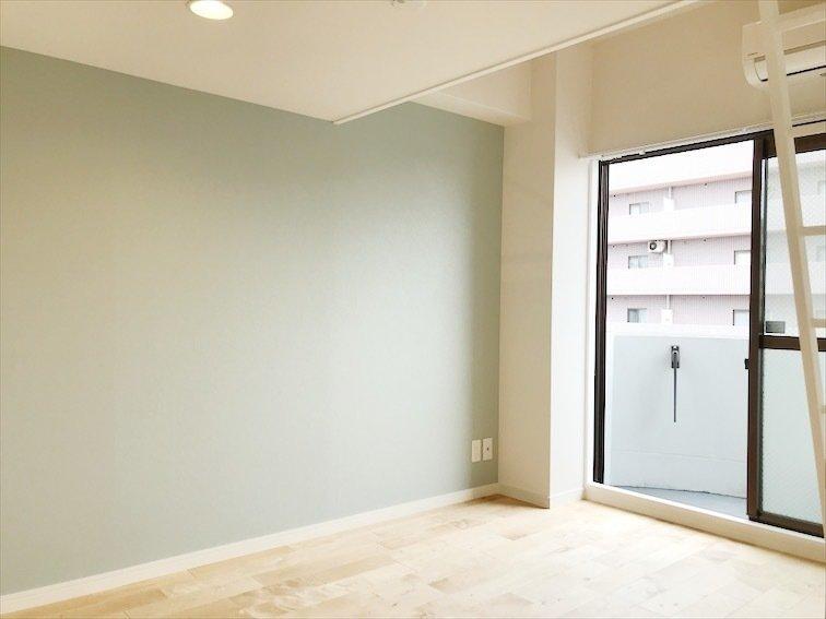 居室スペースは淡い色合いの壁紙をチョイス。TOMOSの特徴である、無垢床がふんだんに使われています。