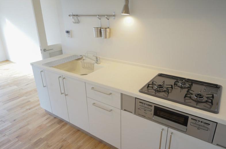 キッチンも横幅がしっかりあるタイプのもの。白で統一されているので水垢などの汚れも気になりにくく、お掃除も楽そう!(※写真は完成イメージです)