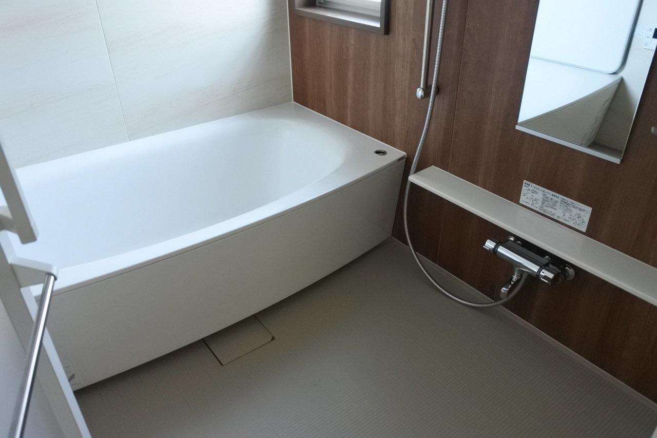 さすが築浅、水廻り設備のグレードがとっても良いです。お風呂もこのデザイン性の高さ!足をのばしてゆったりできます。