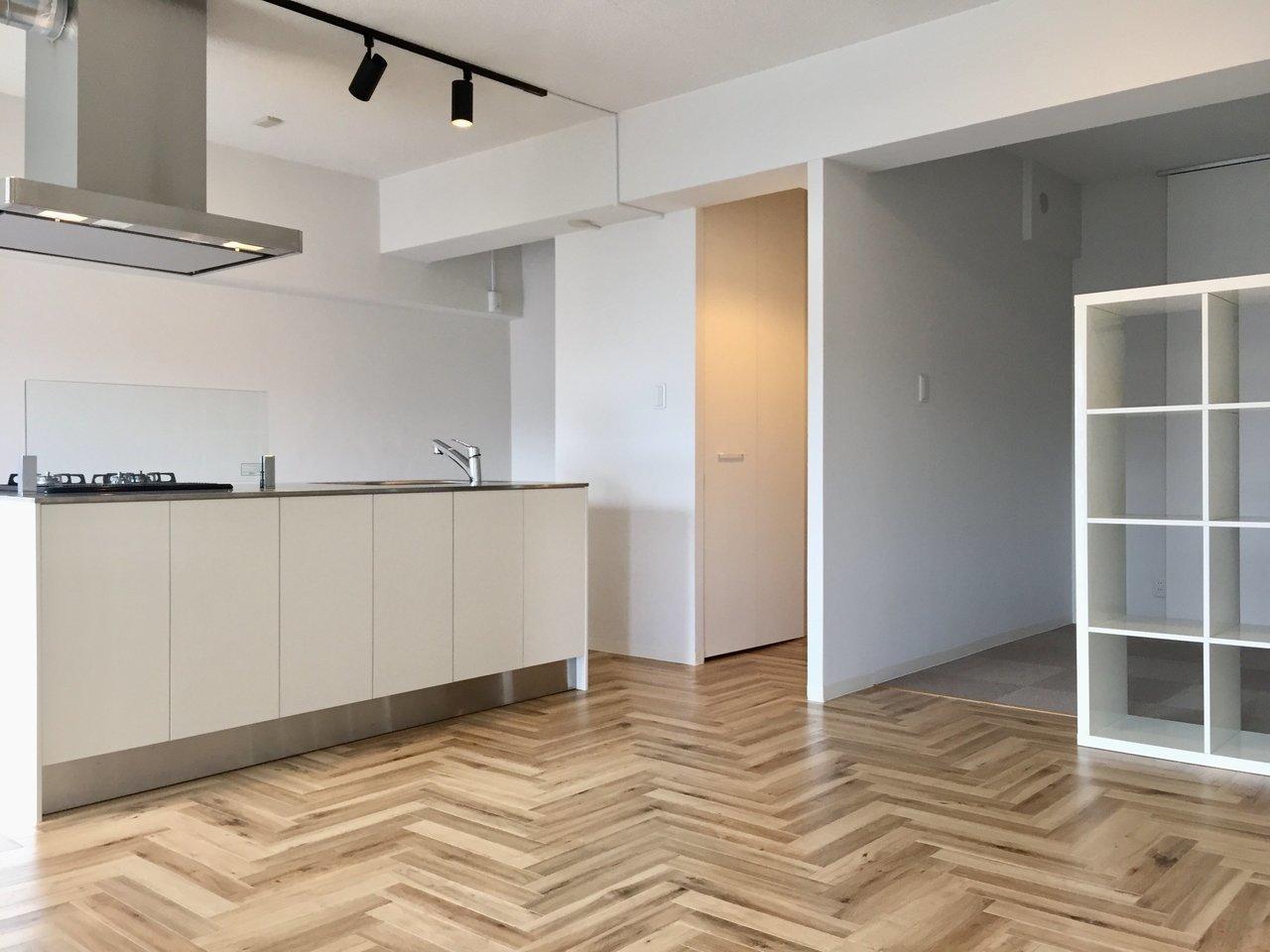 北欧スタイルにリノベーションされた1LDKのお部屋。床は、嬉しいヘリンボーン柄!