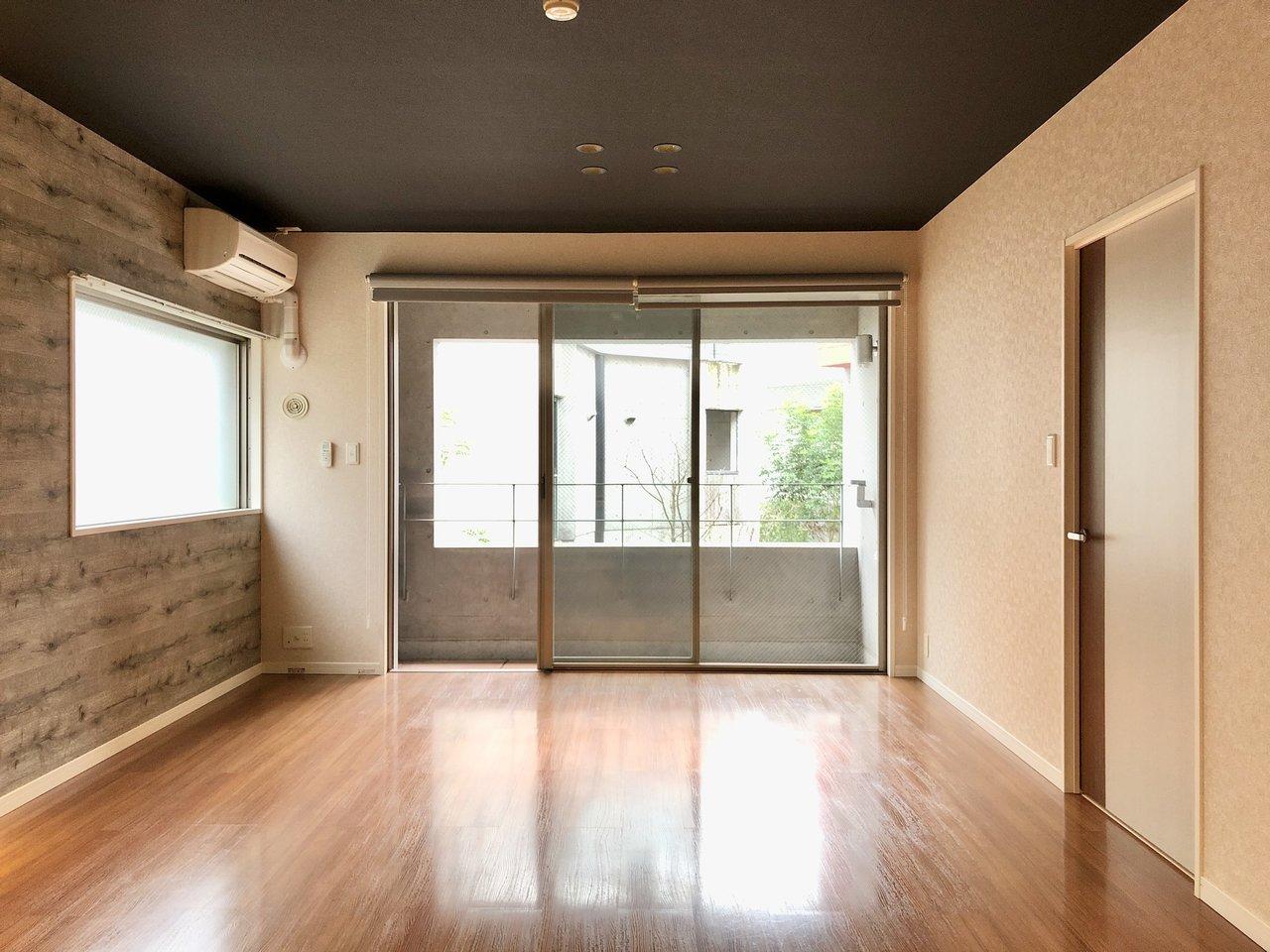 キッチンからの眺めはこちら。天井がダークカラーというのも、落ち着いていて、いいですね。