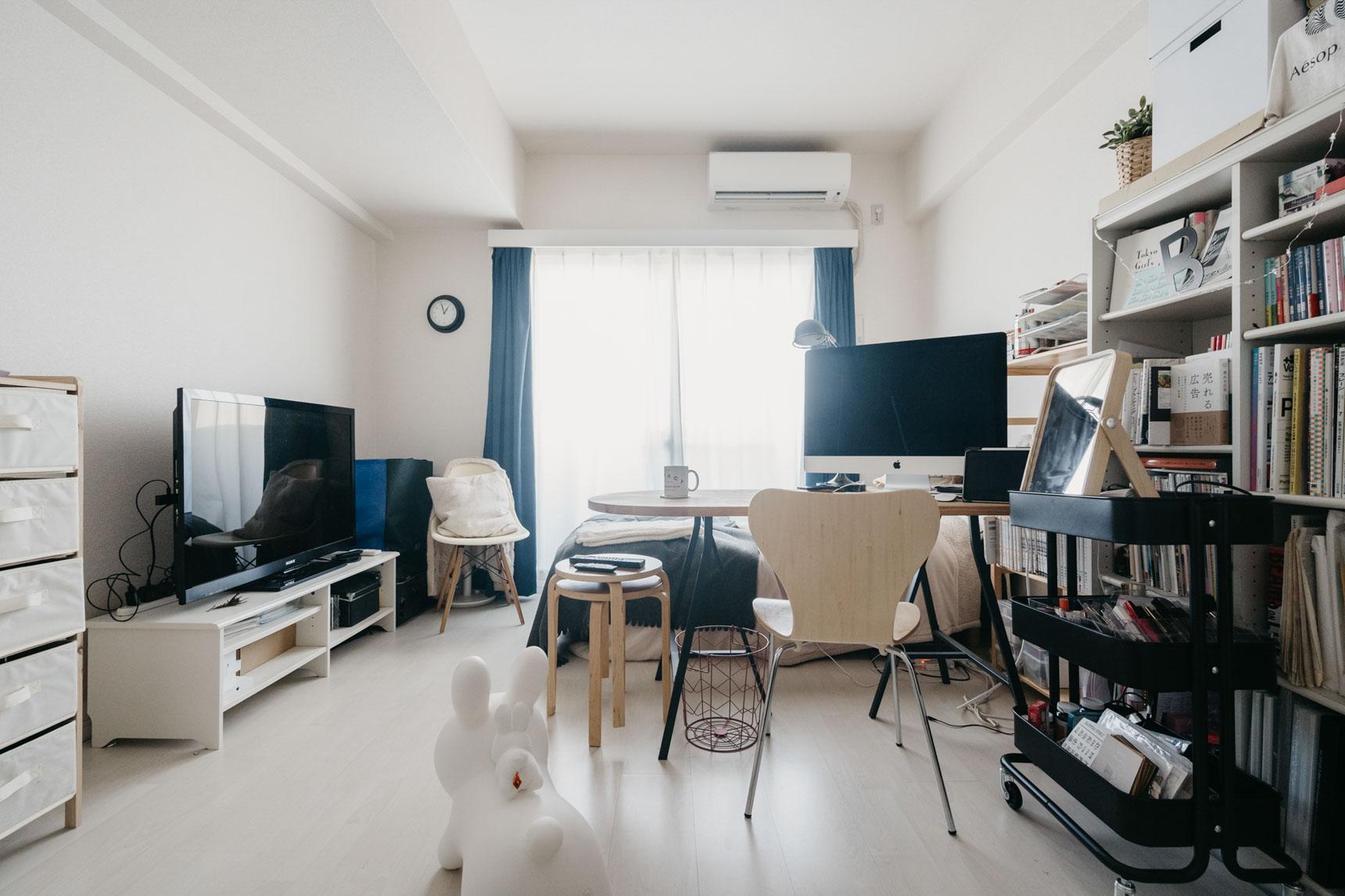 床や壁、建具も白で、インテリアの邪魔をしないお部屋。家具の配置を工夫していらっしゃるからか、とても広く見えます。