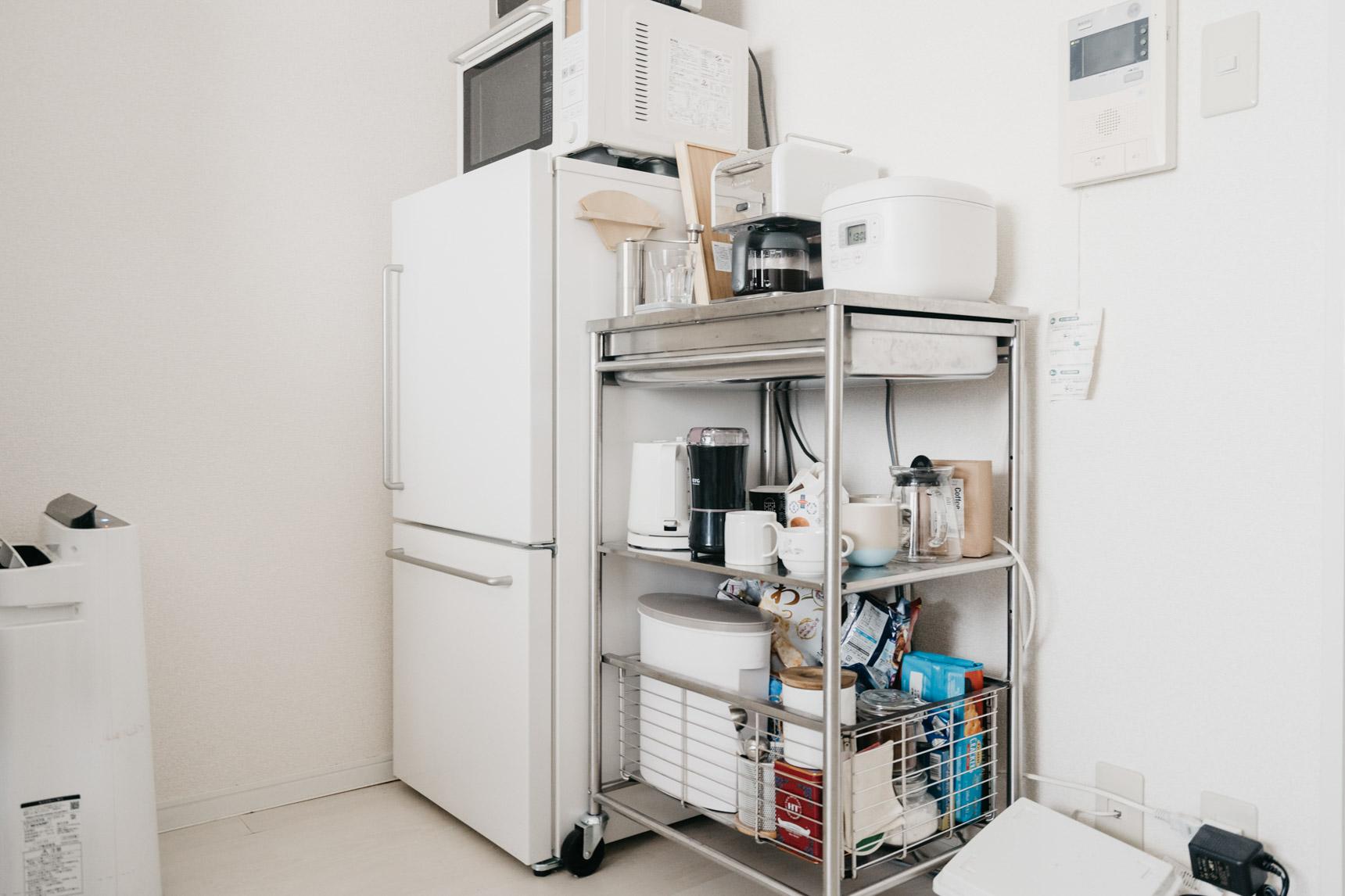 キッチン側にスペースがないためお部屋の中にある冷蔵庫。横にはIKEAのキッチンワゴンを置いて、キッチンで使うものをまとめて収納。
