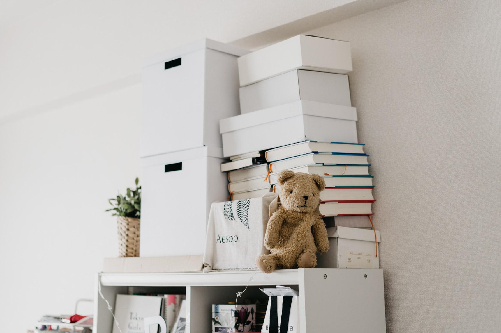 背の高い本棚も、白。天井の間のデッドスペースも見逃さず、「白いボックス」を使って活用しています。