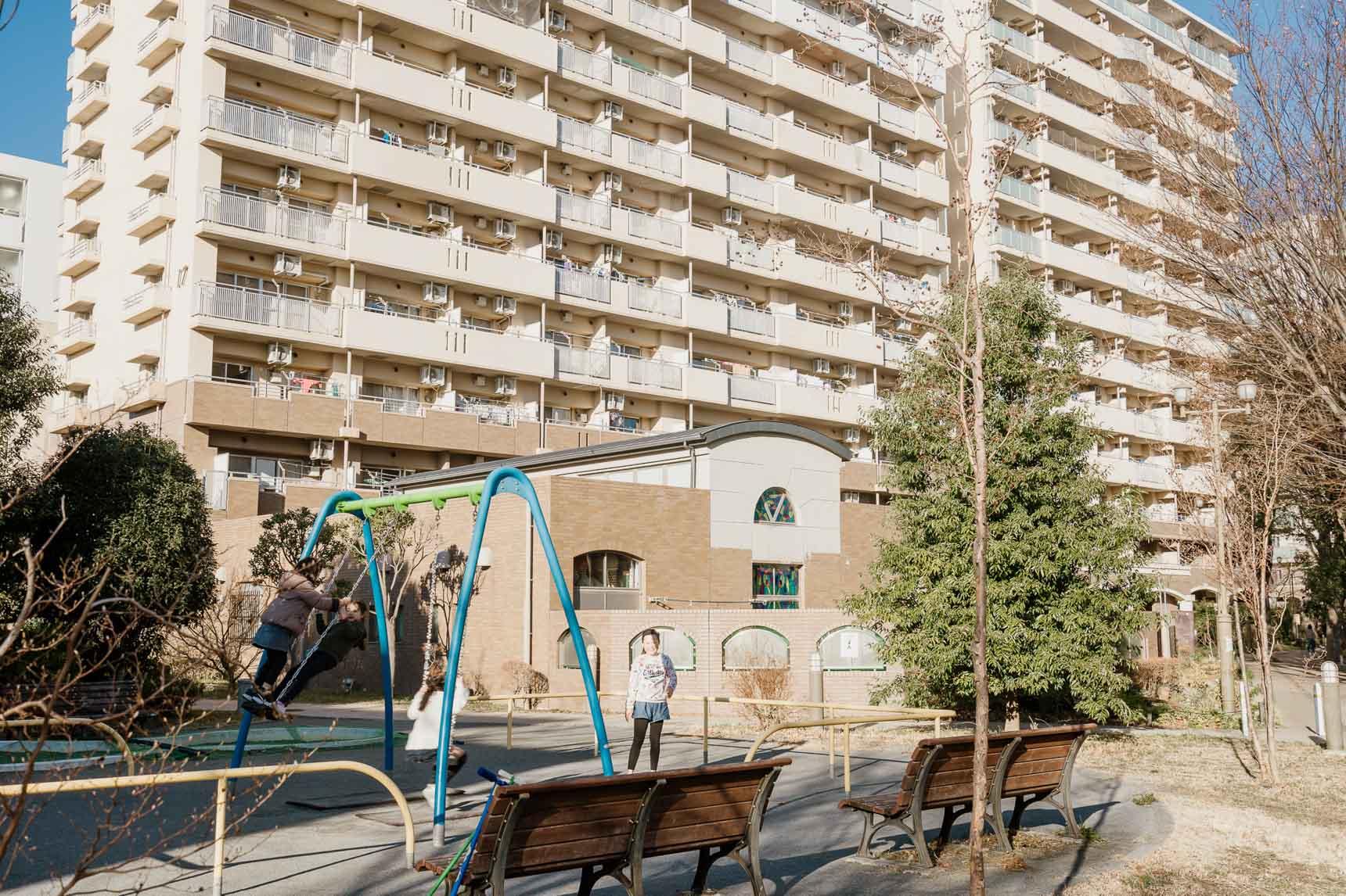 立派な木々の並ぶ駅周辺の道沿いには、遊具も豊富なプレイロットがたくさん設けられて、子どもたちが楽しく遊んでいます。