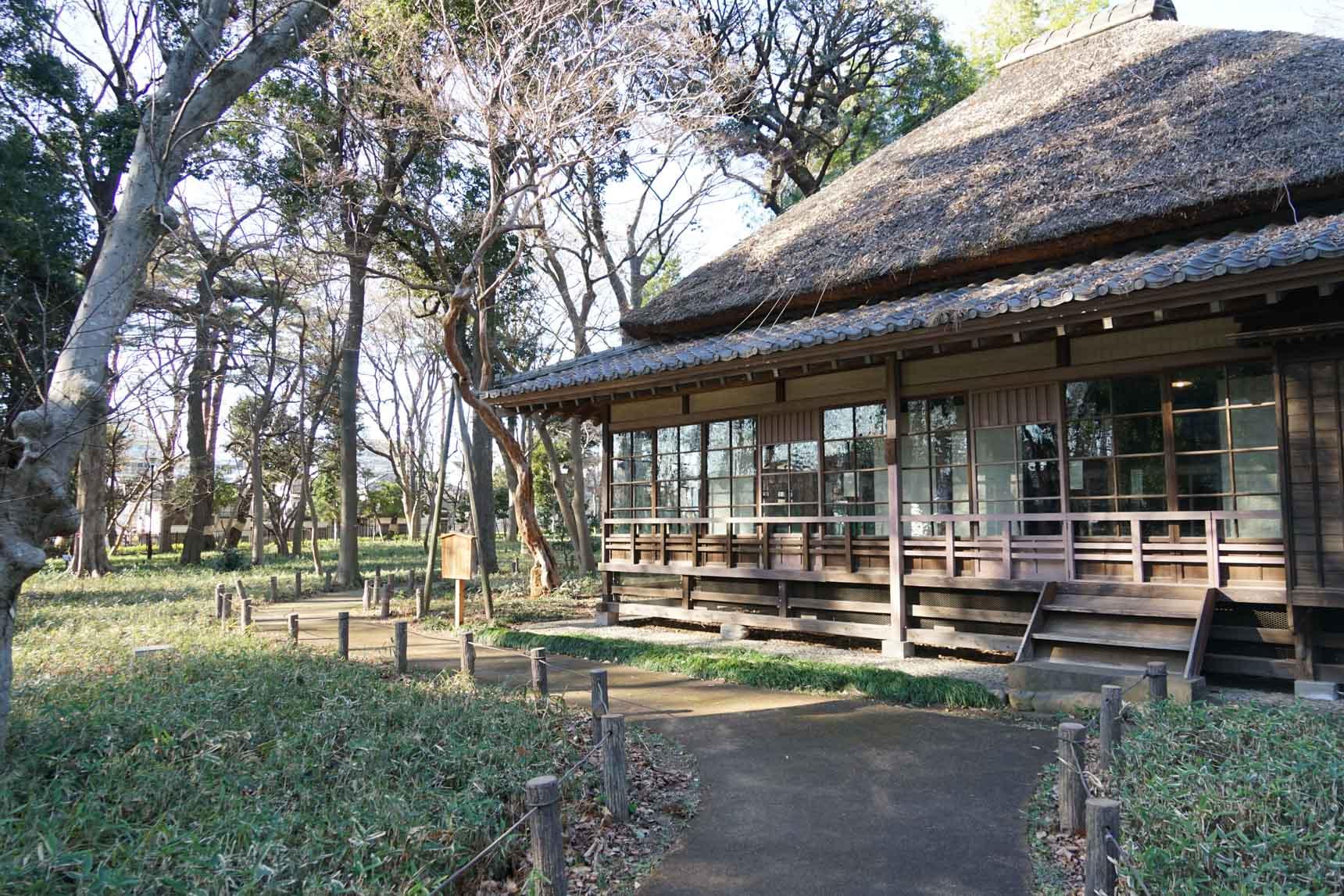 大きな木々に囲まれて文豪・徳冨蘆花の旧宅が残る、かつての「世田谷」の姿を感じさせる立派な公園です。地域の人たちが思い思いの時間を過ごされていました。