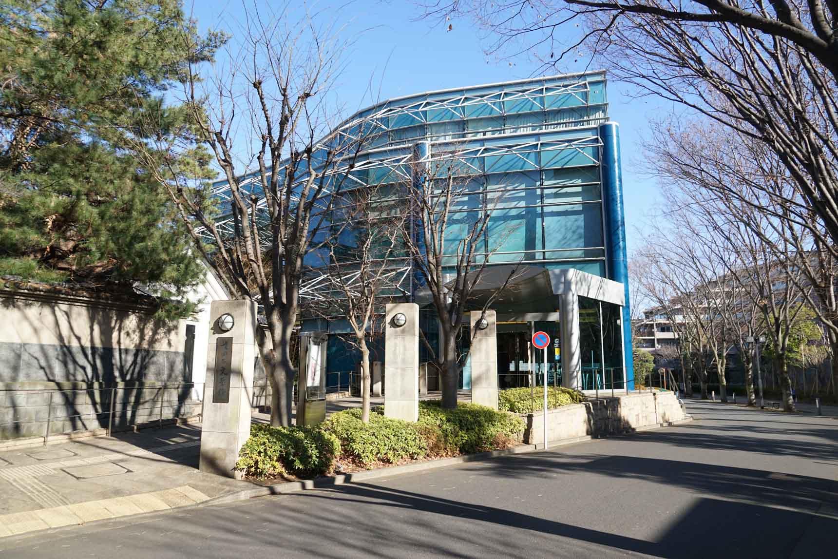 駅から公園に向かう途中には「世田谷文学館」も。区にゆかりのある作家の原稿・初版本などを展示するコレクション展のほか、朗読会や、お子さん向けのワークショップなども開かれる文化的な施設です。