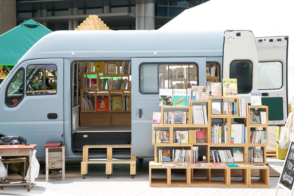 行く先々に合わせてその都度品ぞろえが変わる、移動式の本屋さん。目印はブルーグレーのトラック。この中に、新刊書から古書、洋書まで500冊ほど詰め込んで出店される予定です。過去取材記事はこちら暮らしを豊かにしてくれる場所。『青と夜ノ空(吉祥寺・東京)』