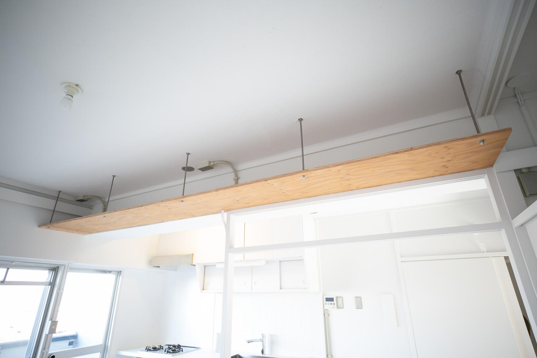 部屋と部屋の仕切りも、特徴的。こちらの「小天井」は、下に無印良品のユニットシェルフを組み合わせて転倒防止の突っ張りとして機能する様にも考えられています。間に収納を置いて間仕切りがわりにできるんですね。