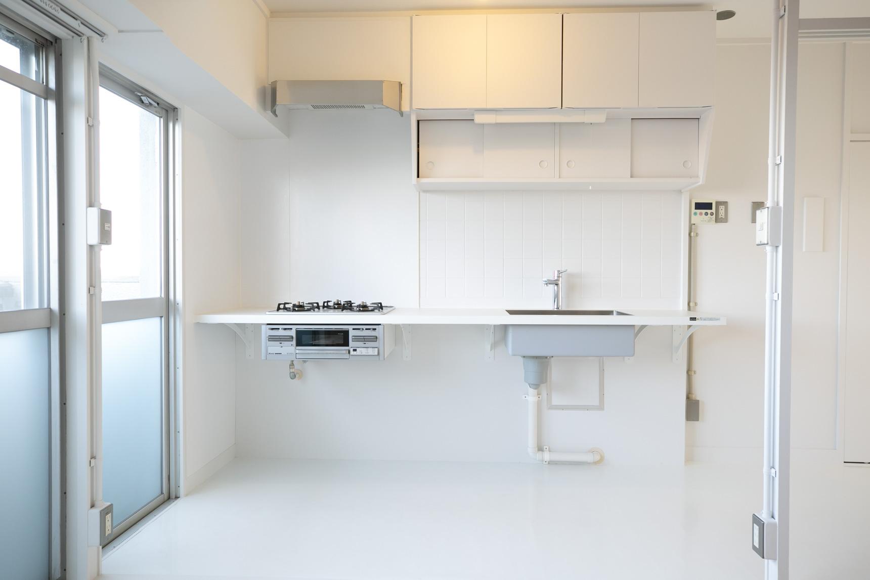 MUJI×URならでは!と言えるのが、こちらの「持ち出しキッチン」。脚のないキッチンには、自分の使い方に合わせて好きな収納棚やボックス、ゴミ箱などを自由に組み合わせておくことができます。
