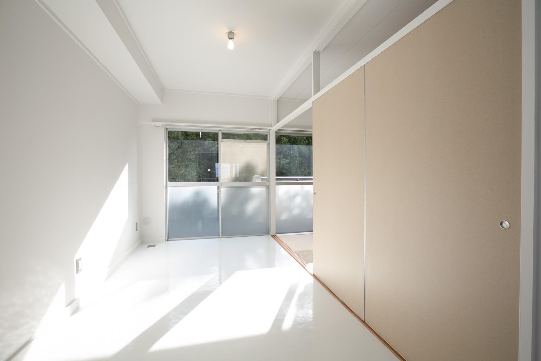 南側の畳の部屋との間には、段ボールふすま。一人でも簡単に取り外し、持ち運べるふすまなので、気軽に外したりつけたり、空間を変更できてしまいます。