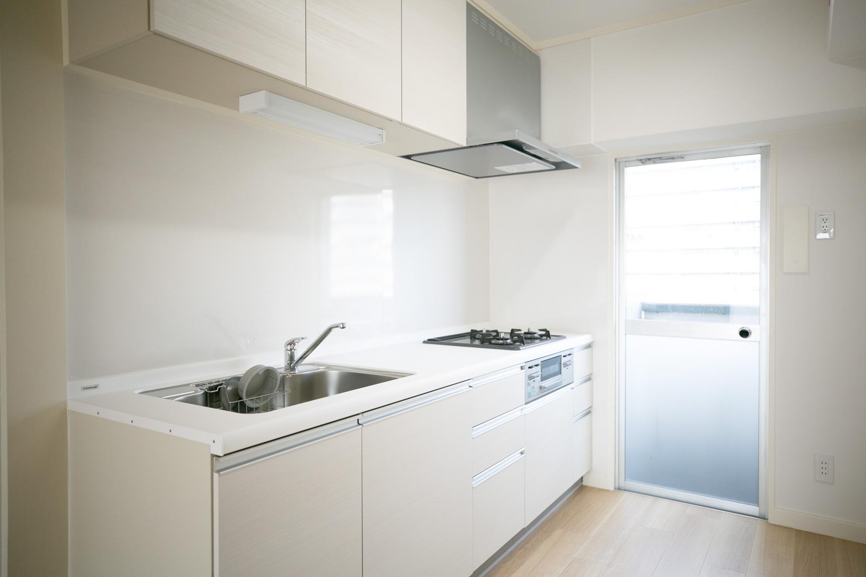 こちらは、デザインも良いガス3口の大きなシステムキッチンが設置されていました。MUJI×URのお部屋もこっちもなかなか良さそう…迷ってしまいますね。