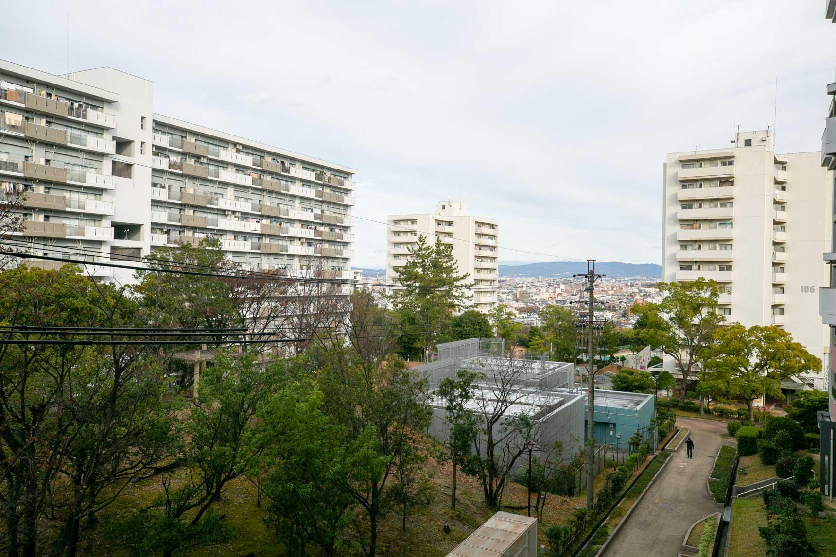 高層階の廊下から、岐阜の山々が望めました。四季の変化を感じながら、ゆったりと暮らせる団地です。