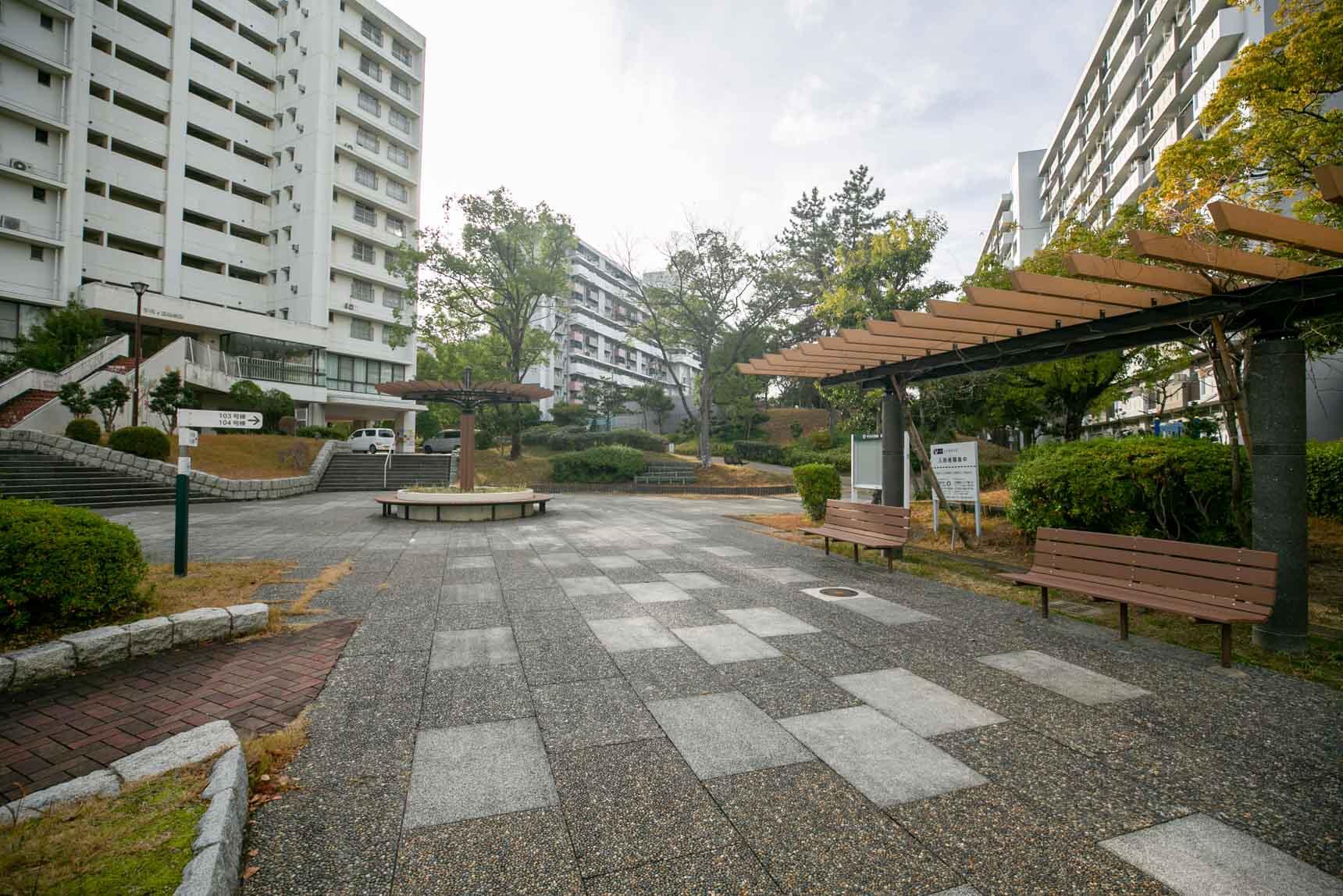 8〜12階建てと高層の棟が多い団地ですが、棟と棟の間がかなりゆったりととられているため、とても空を広く感じます。