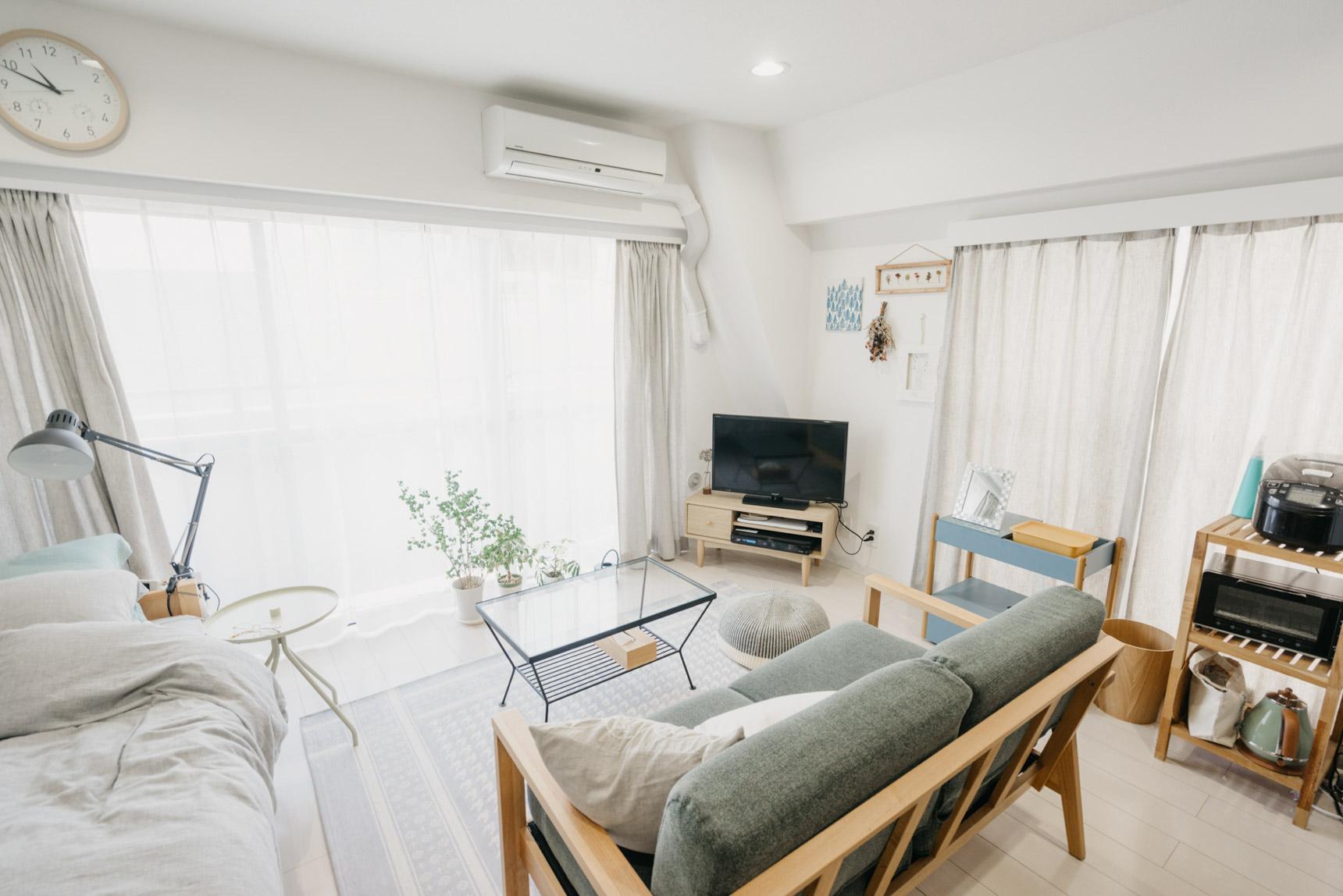 こちらも横長のワンルーム。8畳あると、大きめのソファを置いてもゆとりのある配置になりますね。