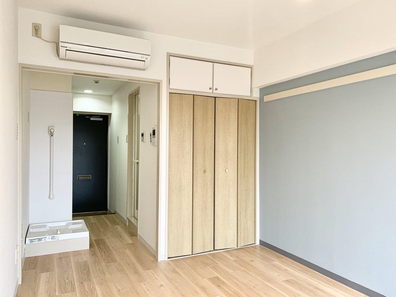 クローゼットの扉の色合いもいい感じ。中も奥行きがあって、荷物もかなりの量を収納できそうです。ちなみにお部屋の広さは8.1畳!1人暮らしであれば、十分広々使えそうです。