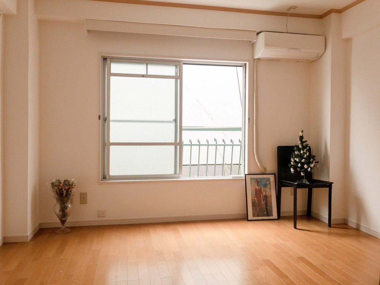 6畳の1Kタイプのお部屋。シンプルな間取りなのでかえって使いやすいのがポイント。駅から徒歩約4分と近いのもいいですね。1階がお花屋さんのお部屋なので、「お花のある暮らし」が叶いそう。