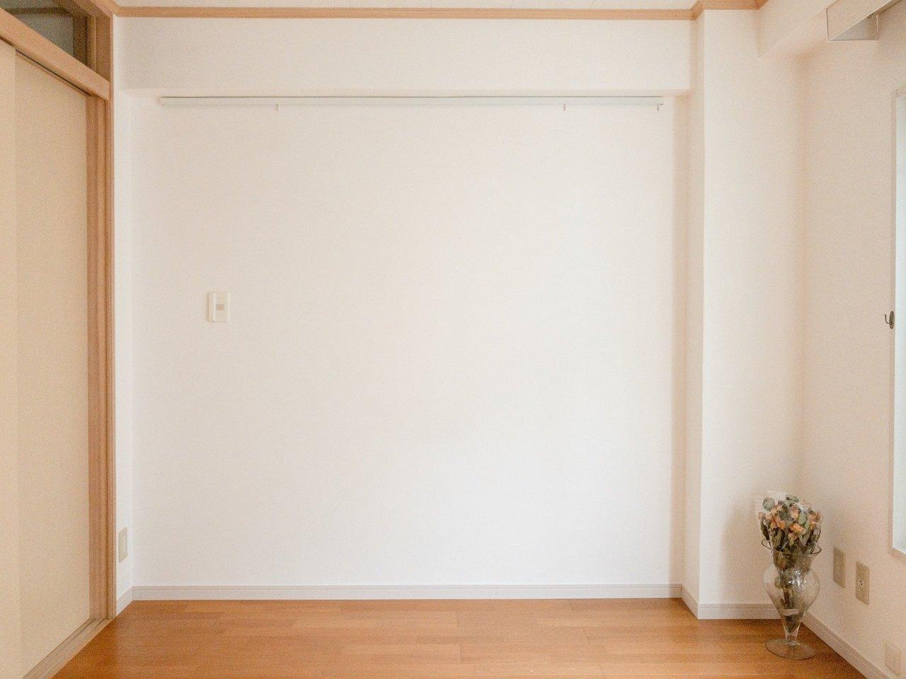 壁にはピクチャーレールが。お気に入りのポストカードを飾ってもいいし、自慢のコートをかけてもいい。壁面を有効活用すれば、おしゃれなお部屋への近道です。