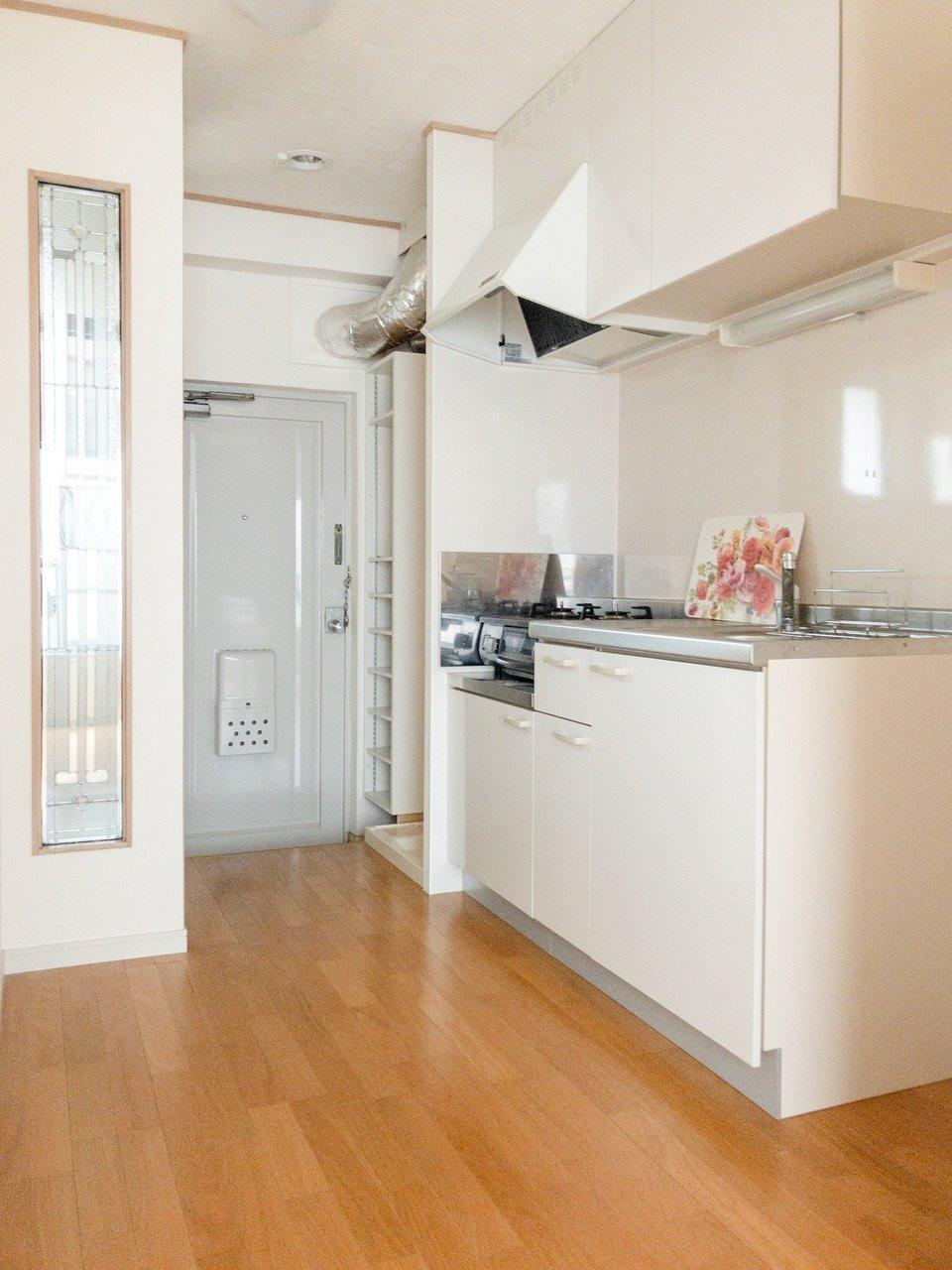 キッチン周辺は少し広めにスペースがとられています。作業場込み、2口ガスコンロ付きのキッチンなので、自炊派の方におすすめです。全身鏡の前で、おでかけまえの身だしなみチェックもお忘れなく。