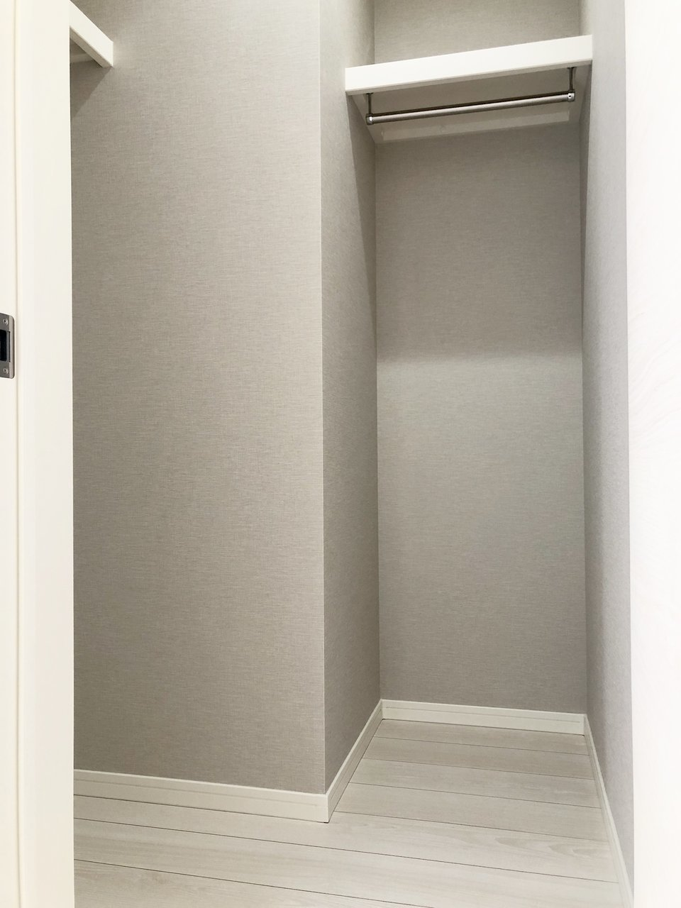 お部屋の広さは6畳ですが、室内にはウォークインクローゼットがあるので、収納スペースは十分。洋服や荷物をうまく収納すれば6畳の広さを、自分の好きなもので有効活用することができそうです。