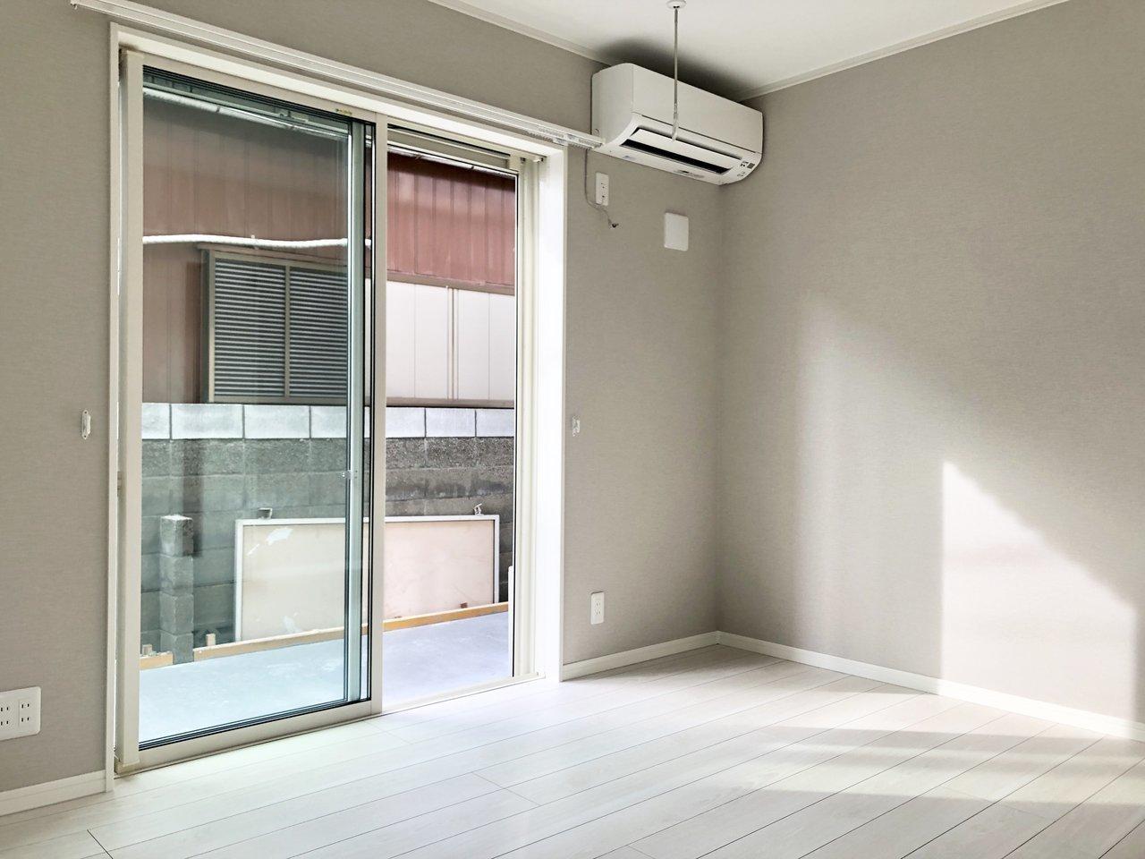吉祥寺駅から徒歩7分、グレーと白のクールな印象のお部屋です。1階ですが南向きなので日当たりがとてもよく、あたたかな光がリビングに差し込みます。