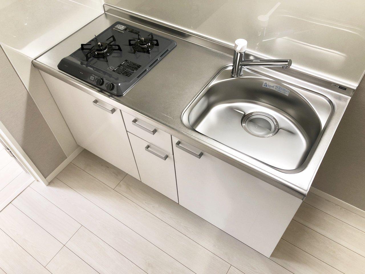 キッチンも、広々シンクにコンロ付き。下段には収納箇所もあるので、お鍋や食器類、食材などをうまく入れて使いましょう。