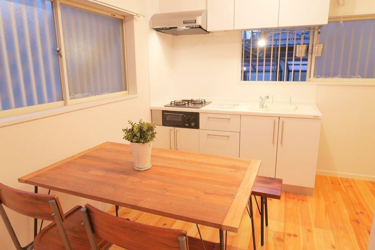 キッチンも白を基調としたデザインで温かみがありますよね。側にある小窓もいい感じ。夕方ころ、外から聞こえる子どもの声を聞きながら料理をするとか、憧れだな~