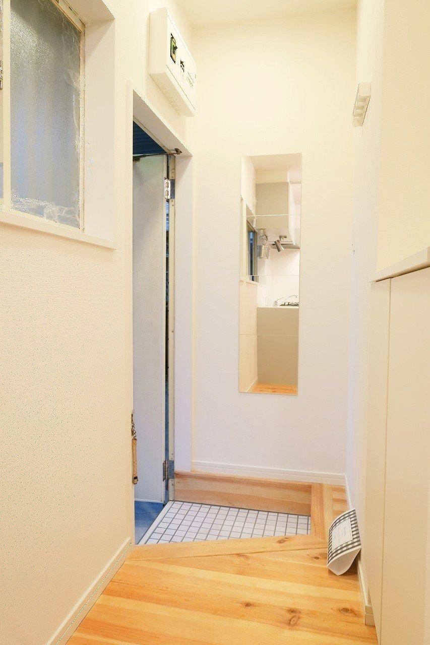玄関の白いタイルもTOMOSの定番デザイン。こういう細部へのこだわりがあるだけで、十分ここを選ぶ価値が出てくるような気がしますよね。