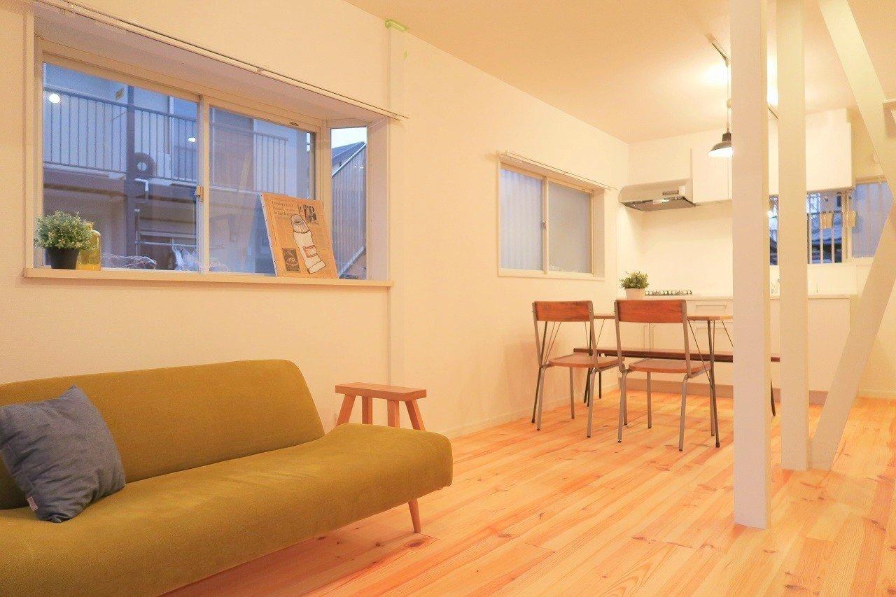 LDK部分で12畳あって、かなり広々。キッチン側にダイニングテーブルを、窓際はリラックスできるようにお気に入りのソファを置いて……。境の部分にある柱がいいアクセントになっています。