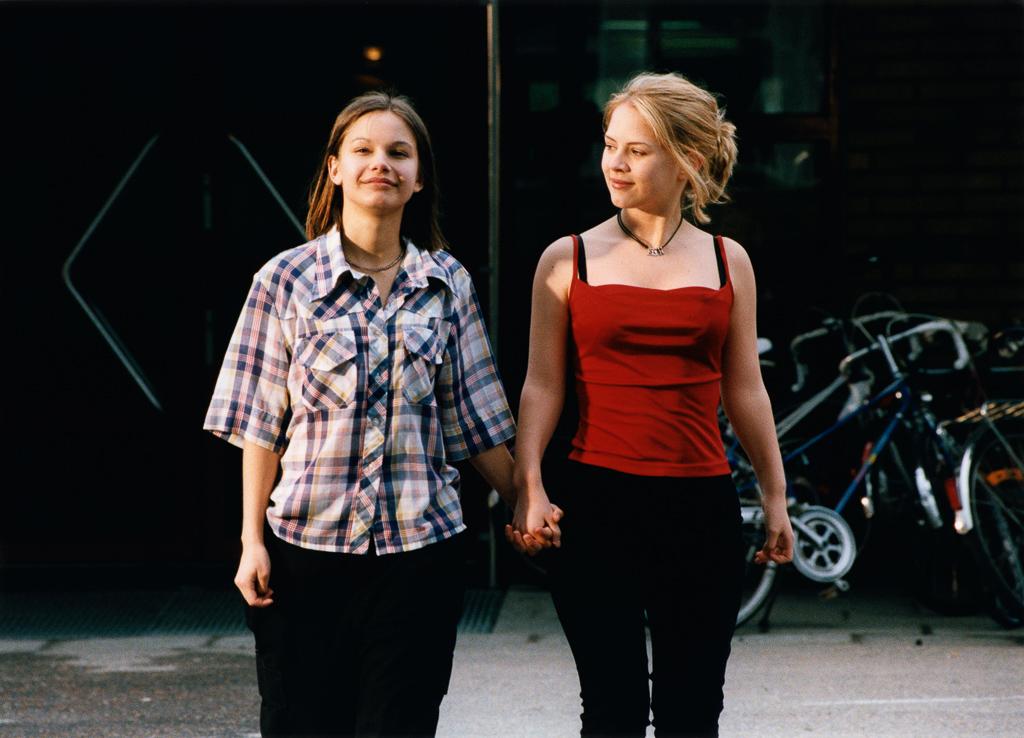 記念すべき第 1 回目の本映画祭で上映作品された作品。デジタルリマスターでアンコール上映です!スウェーデンの田舎町オーモルを舞台に「ここではないどこか」を夢見る少女たちの恋愛と10 代の切実さをリアルに描きました。世界中で絶賛されたルーカス・ムーディソン監督長編デビュー作。
