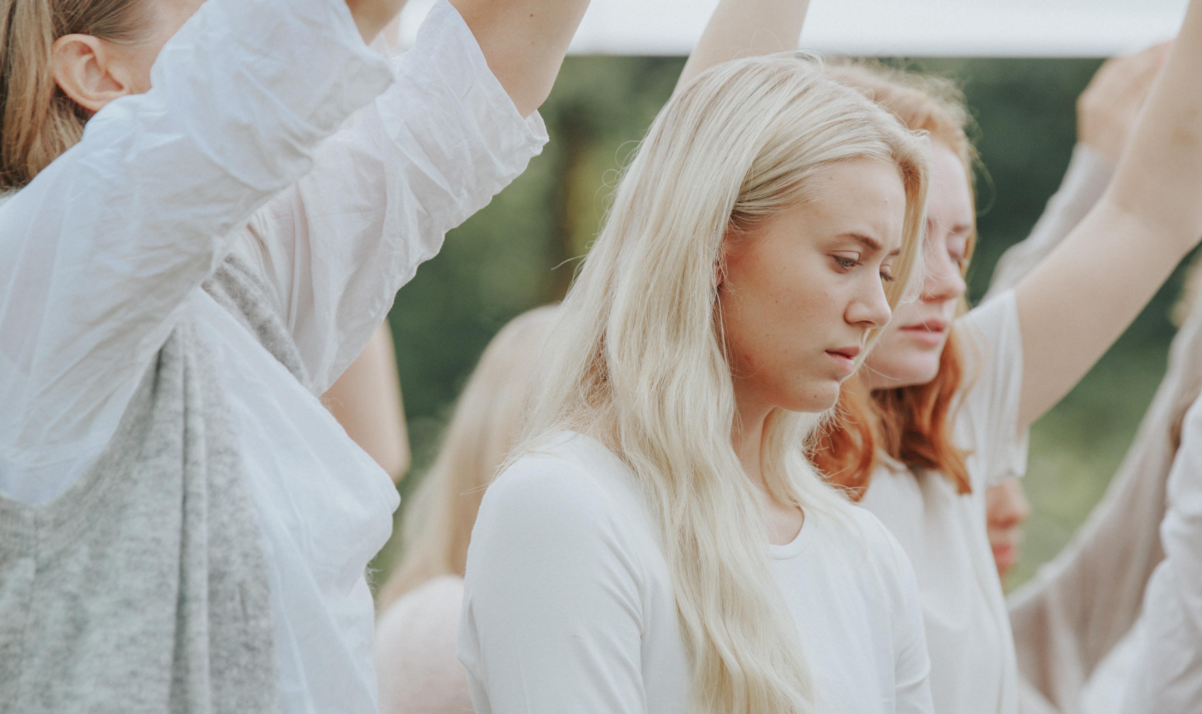 19 歳のミリアムは、連勝していたフリースタイル・ディスコダンスの大会中、パニッ ク障害のため倒れてしまう。ある教団のカリスマ指導者である義理の父親は、心の弱さが原因だと諭してより深い信仰を彼女に強いるが……病気と教えのはざまで苦しむ少女の姿を通じて、現代ノルウェーの新興宗教の実態に迫った野心作。(Photo by Jørgen Nordby, Mer Film)