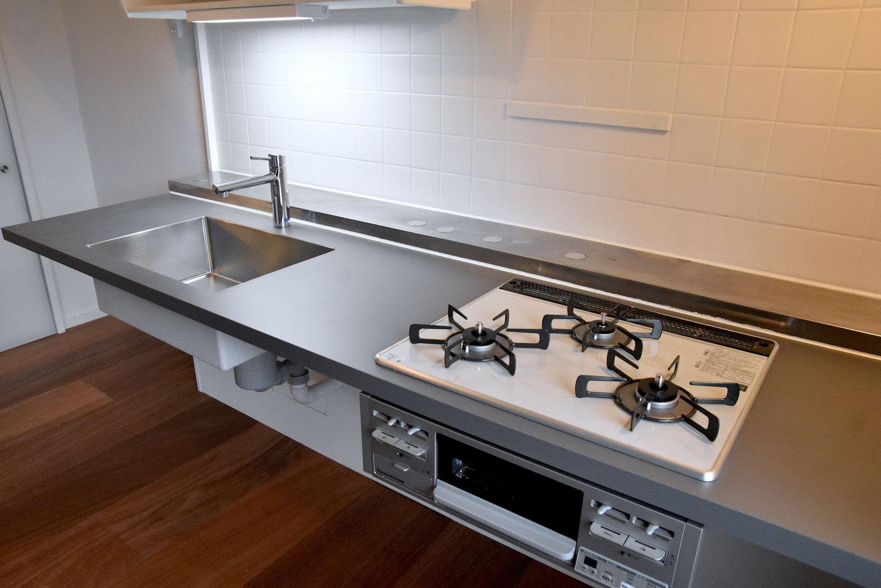 床に合わせて、キッチン天板もグレーのものを。