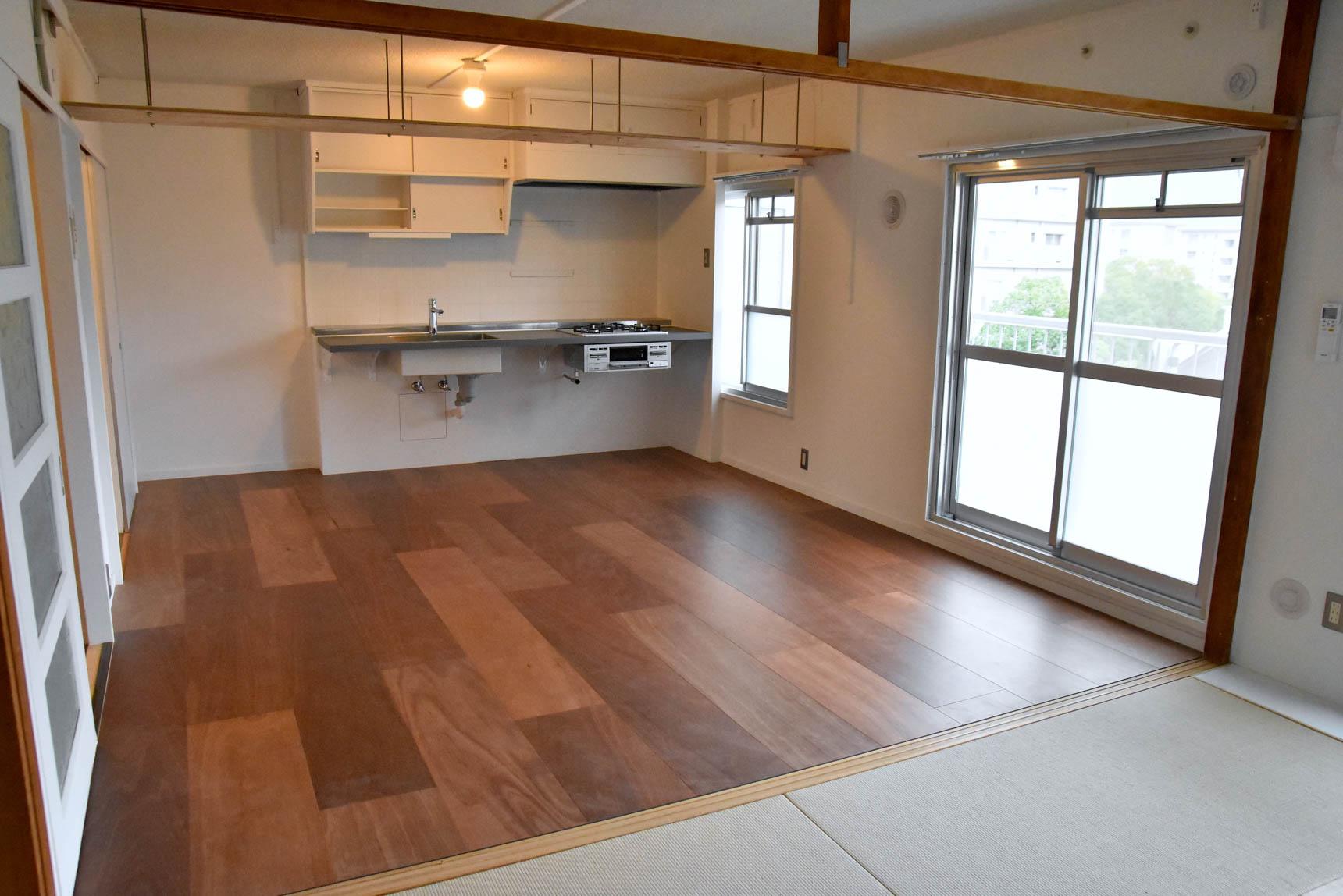 こちらは、床材にラワン合板を用いた、大人っぽい印象のお部屋。