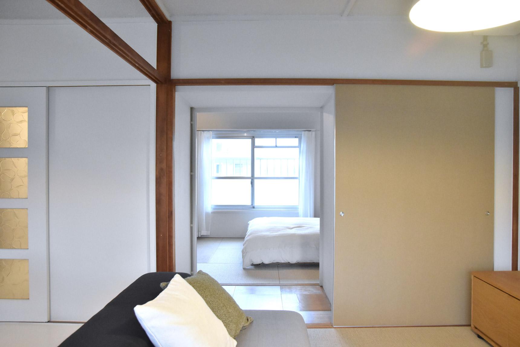 そして、寝室との間にあった押入れを一部撤去して、回遊できるようにしたことも大きなポイント。風や光が抜けて、開放感のあるお部屋になっています。