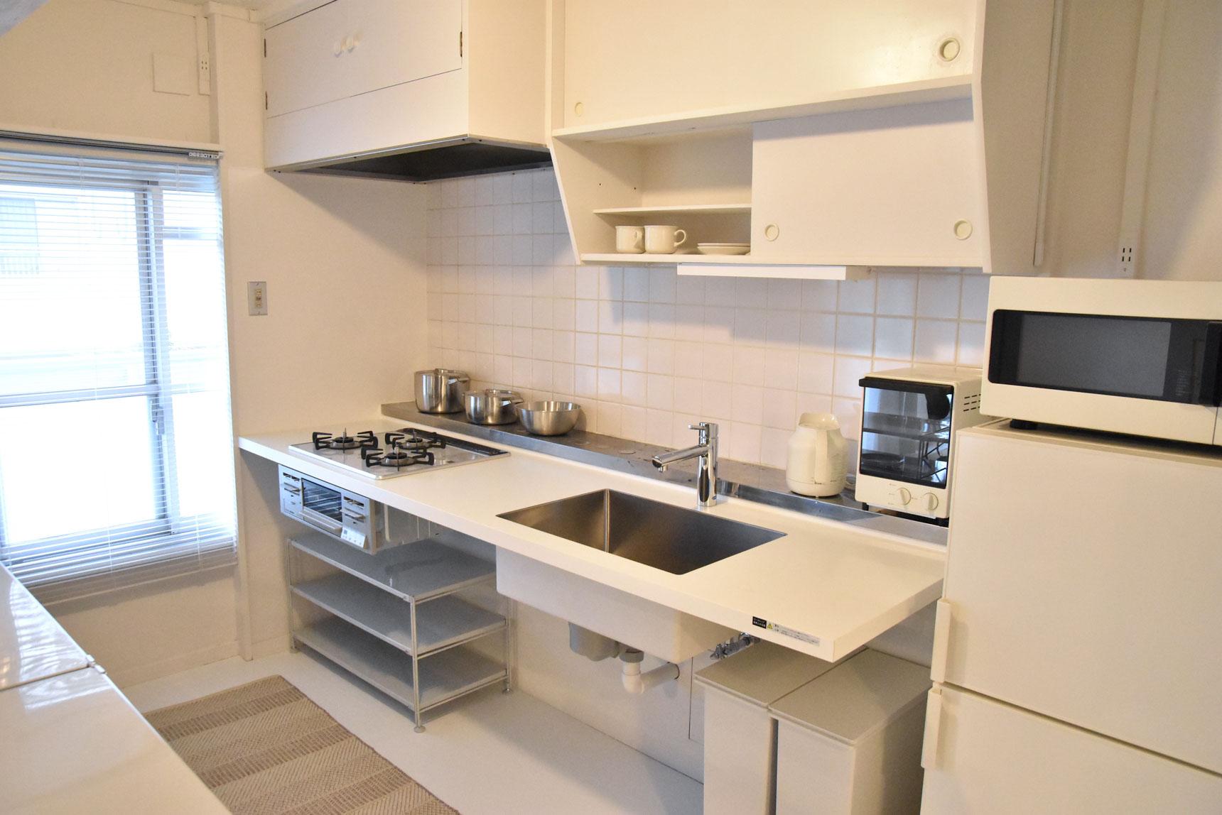 昔ながらの団地の台所の雰囲気を少し残しつつ、キッチンは持ち出し式のモダンなものに変更。脚がないので下の空間を自由に使えることがポイントです。