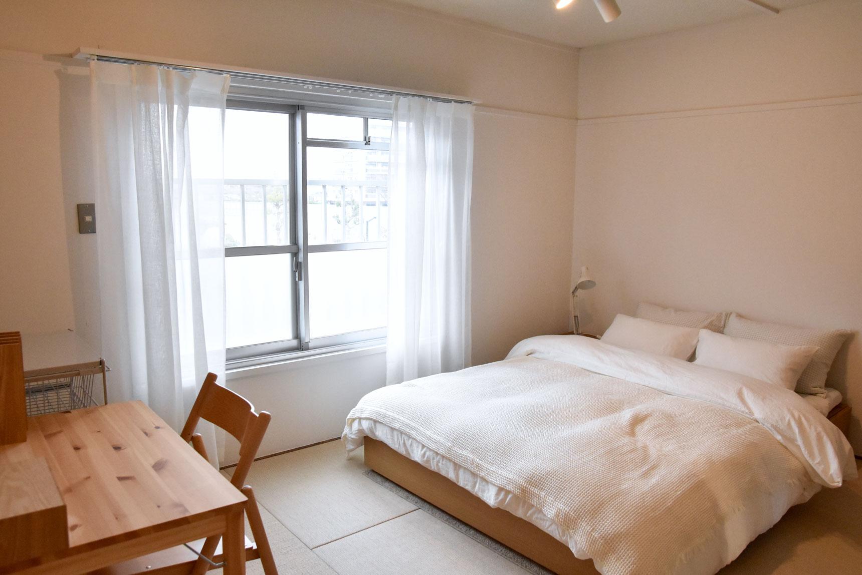 肌触りがよく、かつ丈夫な素材なので、ベッドなど洋風の家具を合わせてもこんな風にしっくりとおさまりますよ。