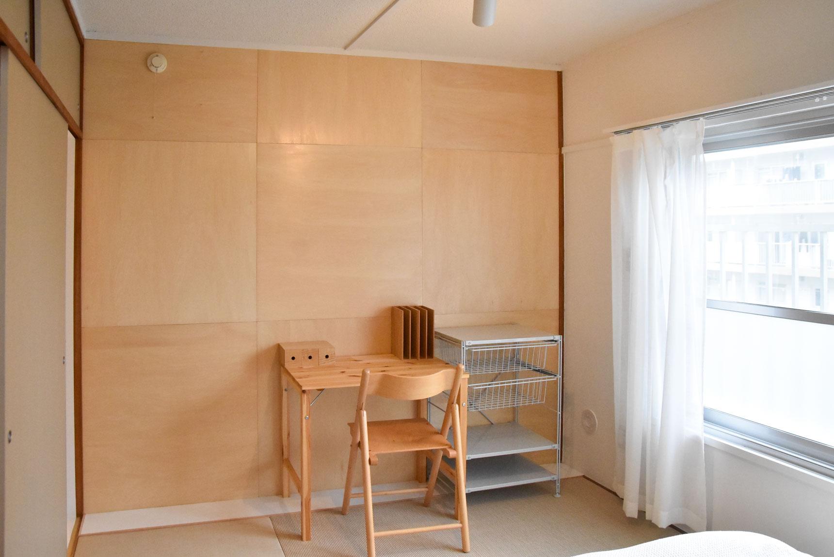 寝室の壁はシナ合板を使ってアクセントに。