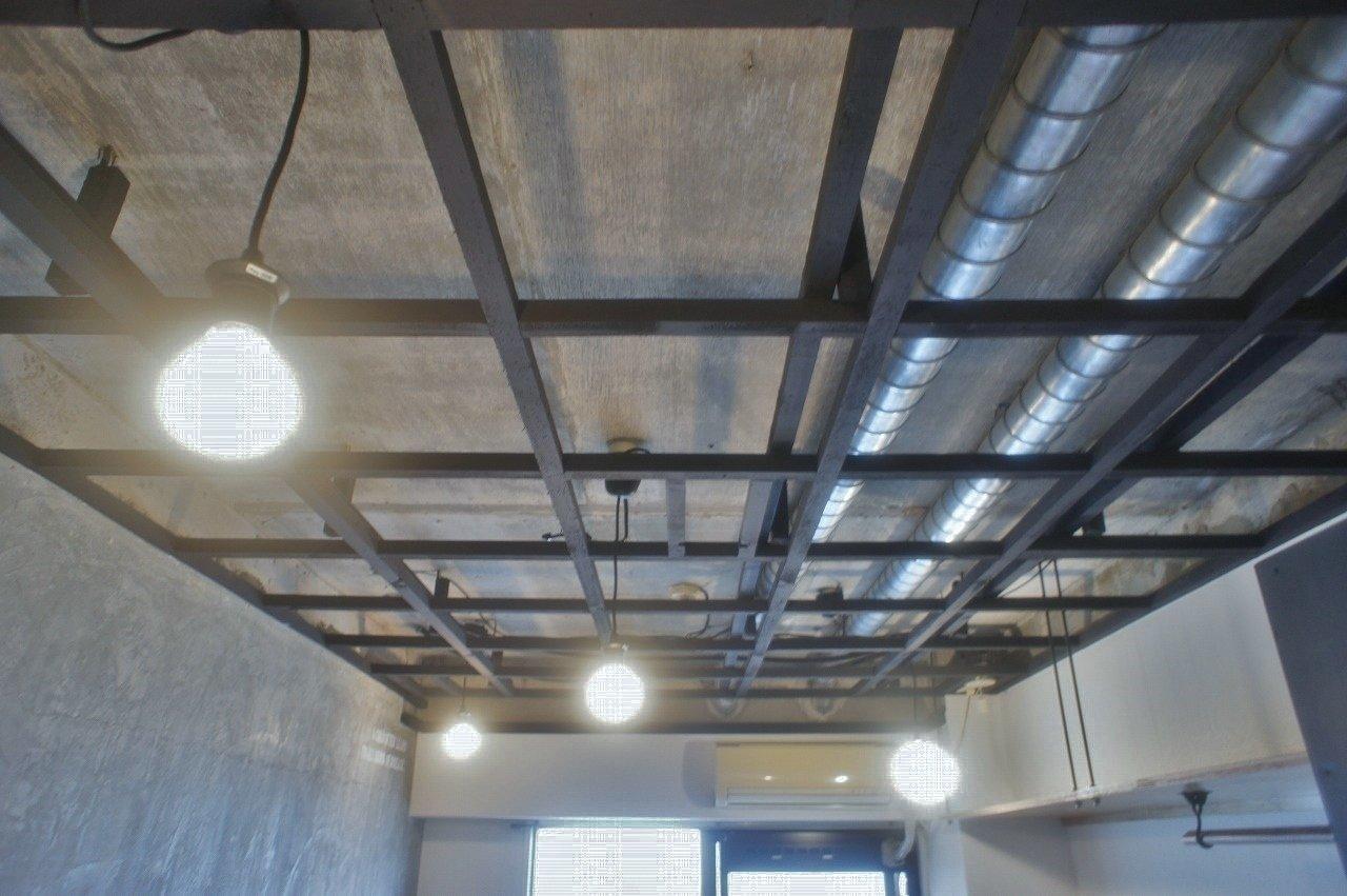 こういったむき出しの天井ってあまりみないですよね。ところどころにあるライトが室内を淡く優しく照らしてくれるので、無機質なはずなのに、どこかあたたかく見えるから不思議です。