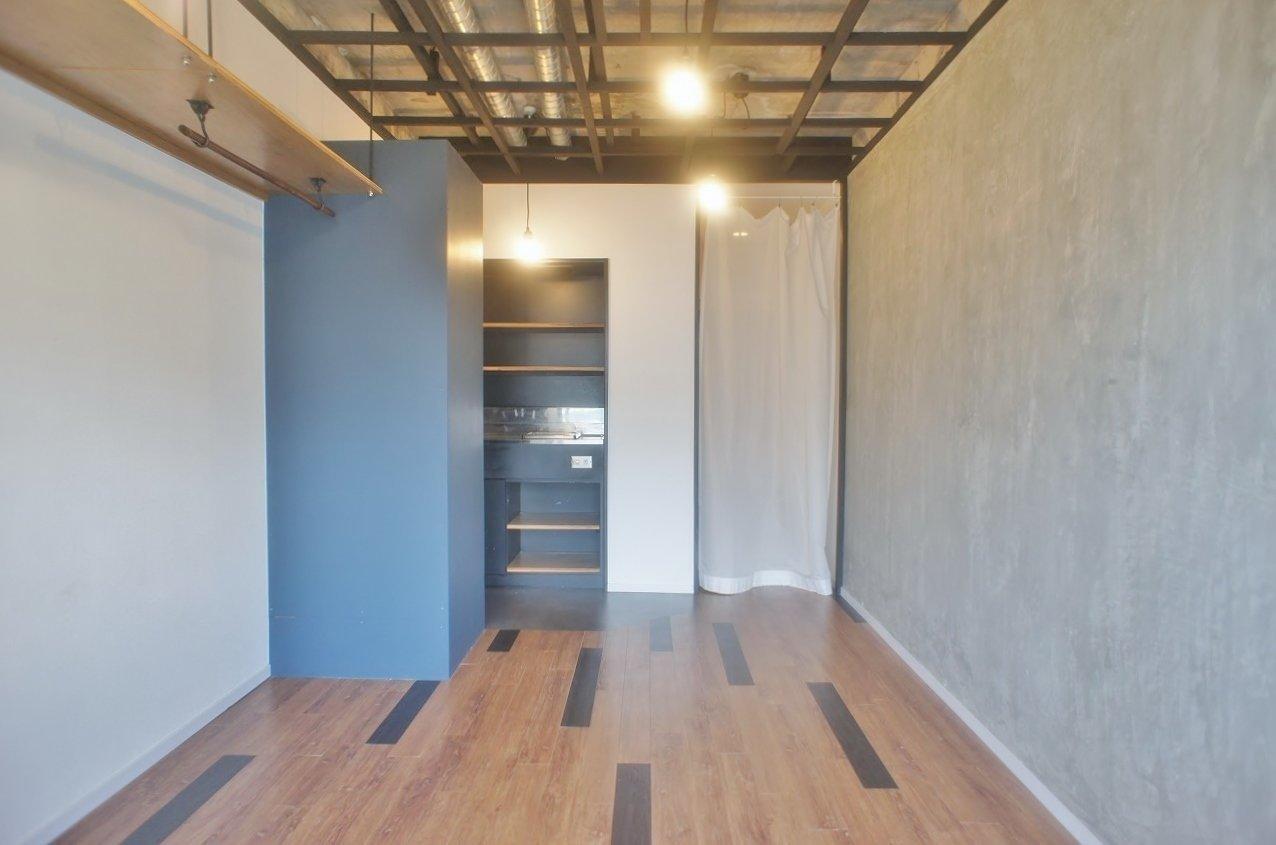 """今津駅から徒歩1分。むき出しの天井、一面のコンクリート壁が印象的な、""""かっこいい""""テイストのお部屋です。それでも床面のフローリングの木材が温かみをプラスしてくれています。"""