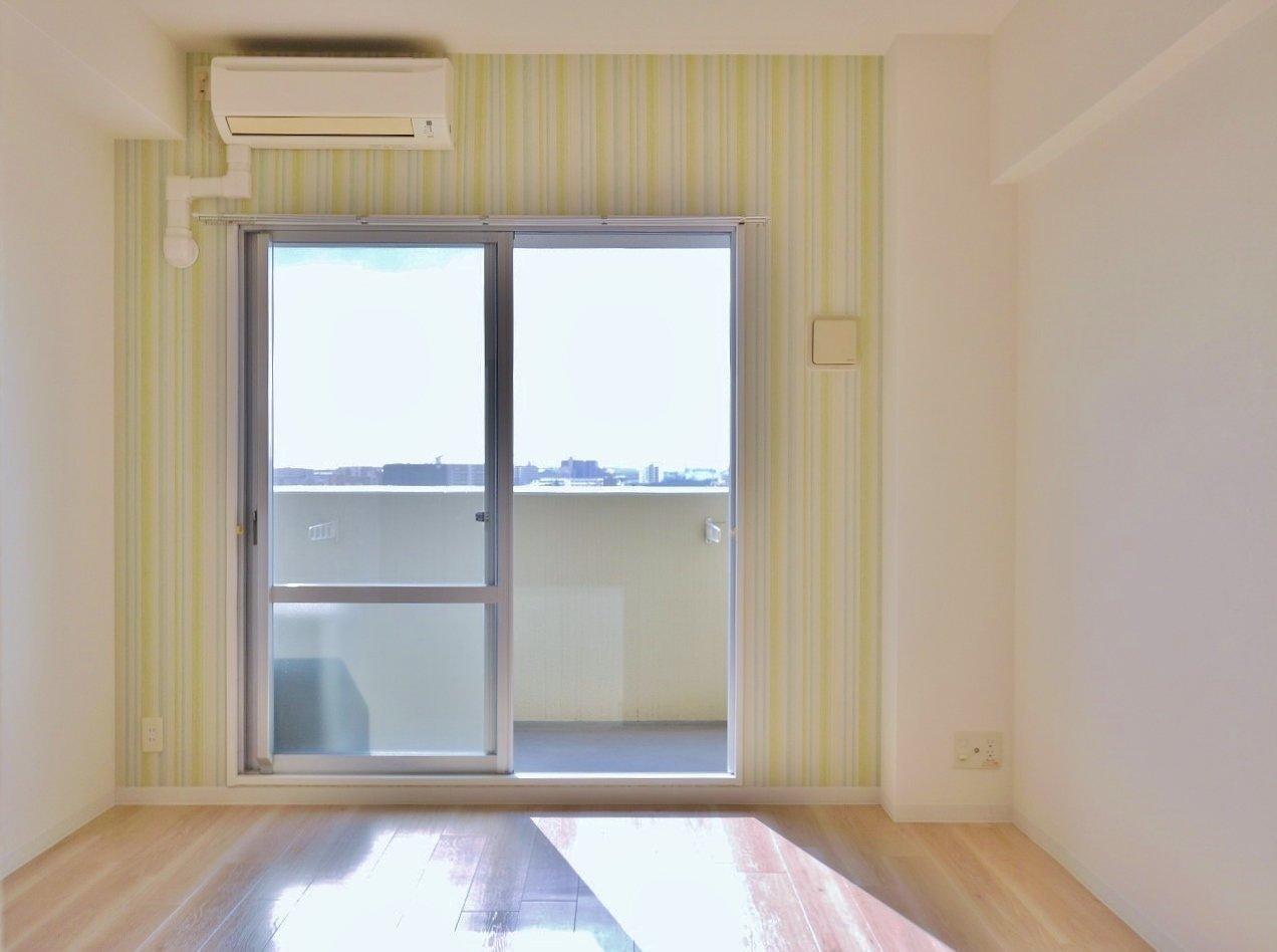 日当たりも良く、爽やかな空間。窓枠を囲む、ビタミンカラーの鮮やかなクロスがいい感じ。毎日ここから元気をもらえそうな、明るいお部屋です。8.13畳あるので、ソファとベッドの共存ができそう。