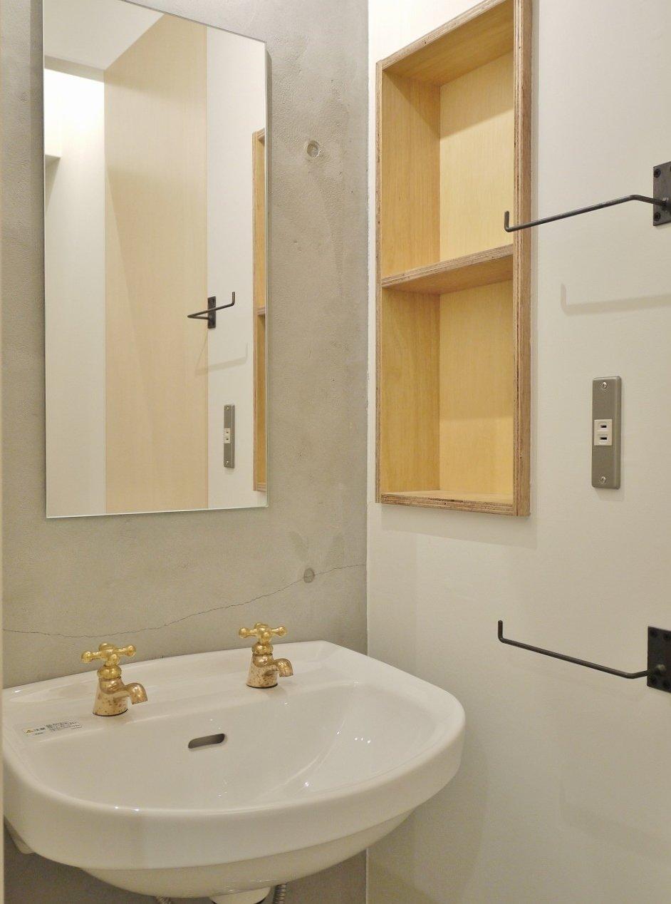 蛇口がアンティーク調でかわいらしい、洗面台。こうした感じで電気のスイッチなど、細部にまで気を遣った設えの数々が目に入ります。こういうおしゃれなお部屋、一度は住んでみたい!